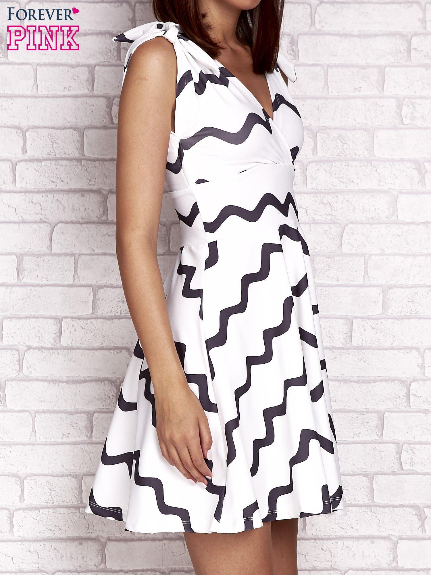 Ecru rozkloszowana sukienka w graficzne wzory                                  zdj.                                  3