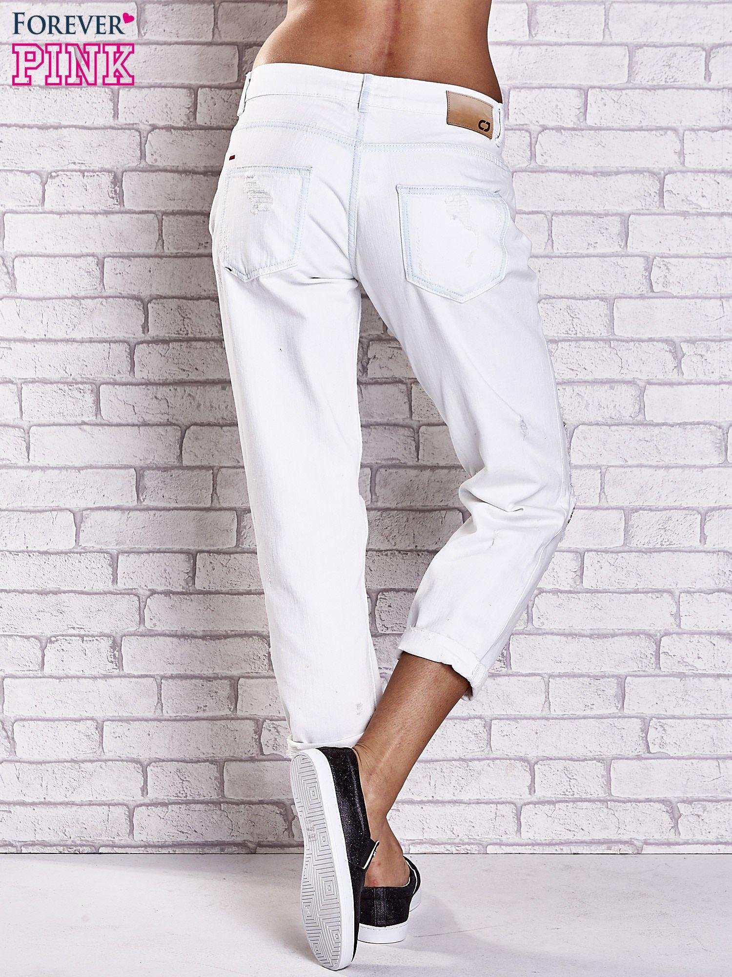 Ecru spodnie boyfriend jeans z dziurami                                  zdj.                                  3