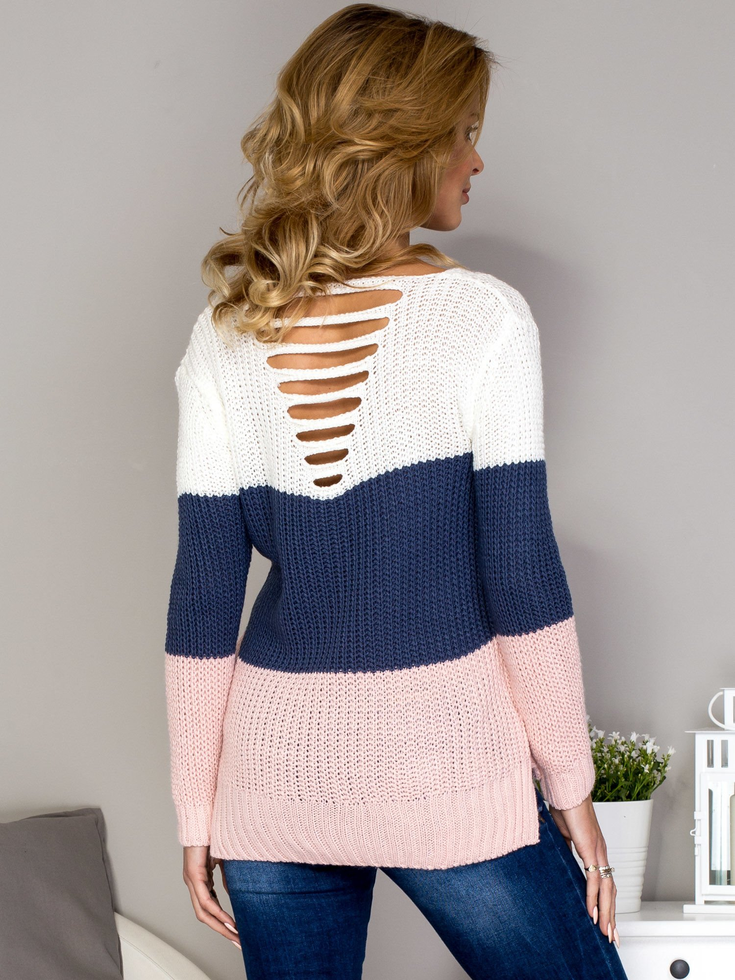 56286507eae47e Ecru sweter w kolorowe moduły z wycięciami - Sweter długi - sklep ...