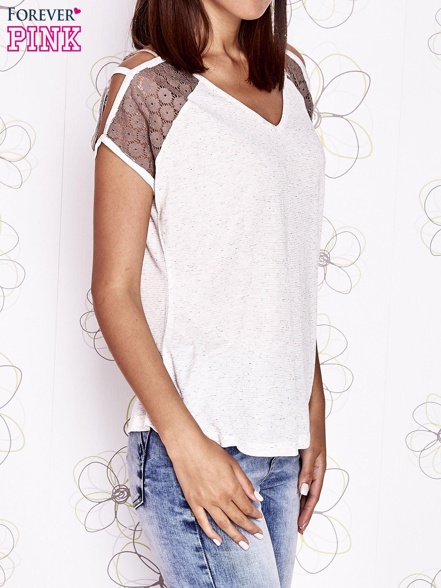 Ecru t-shirt z ażurowymi rękawami cut out shoulder                                  zdj.                                  4