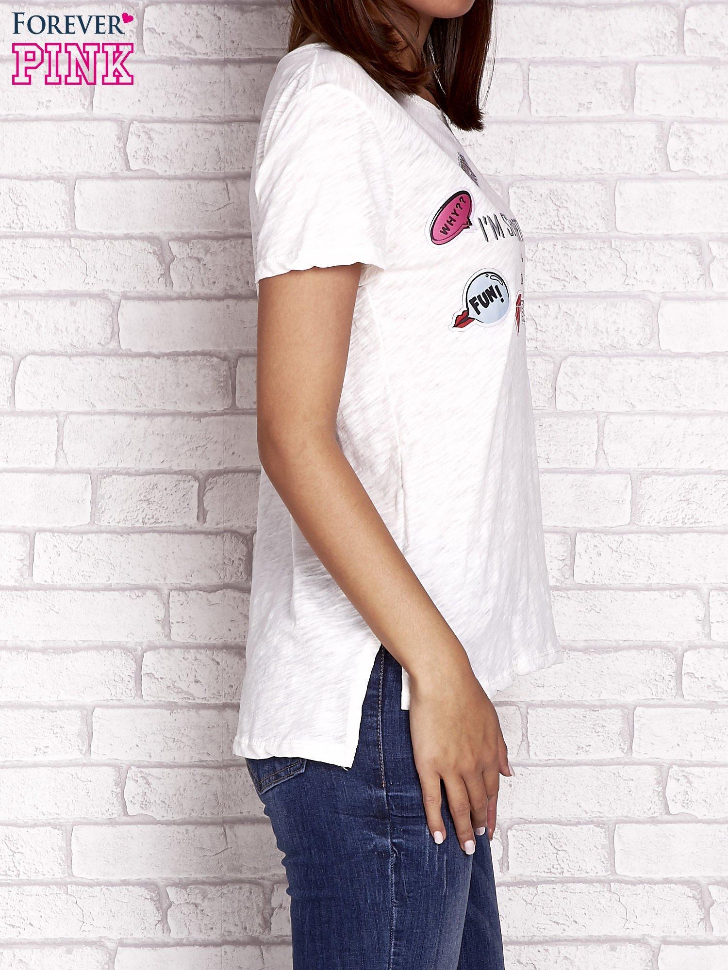 Ecru t-shirt z kolorowymi naszywkami i napisem                                  zdj.                                  3