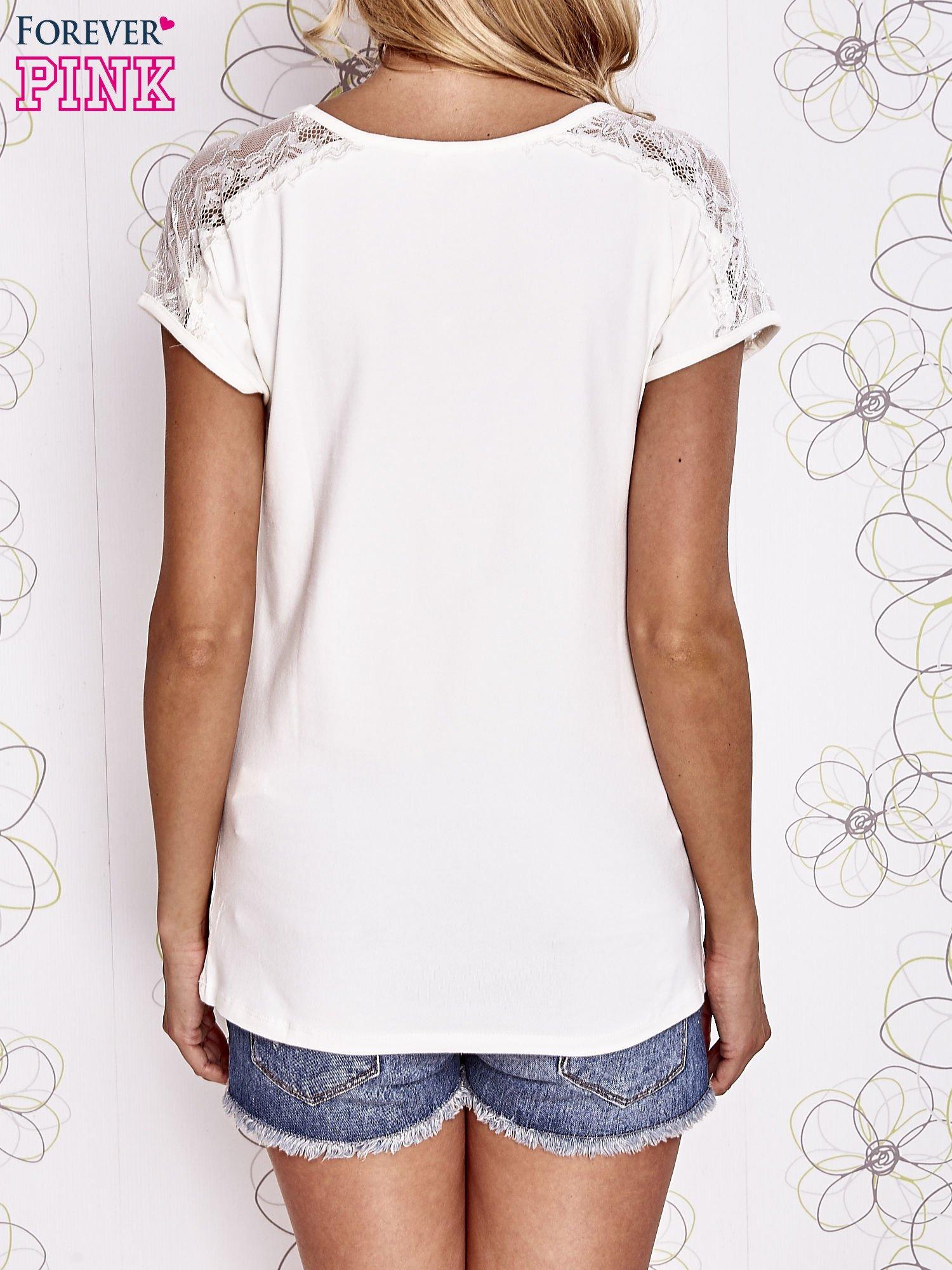 Ecru t-shirt z koronkowym wykończeniem rękawów                                  zdj.                                  4