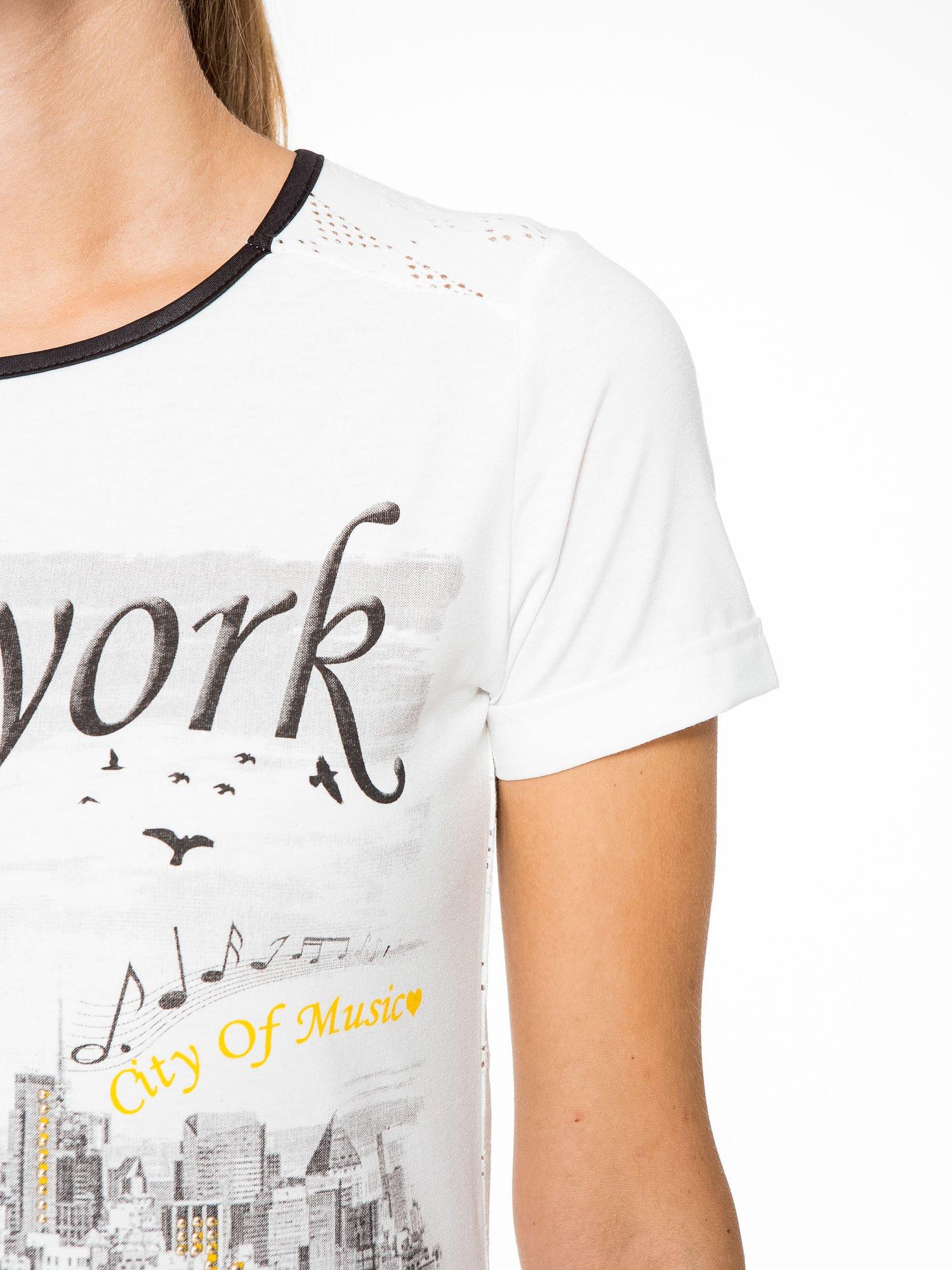 Ecru t-shirt z nadrukiem NEW YORK i ażurowym tyłem                                  zdj.                                  7