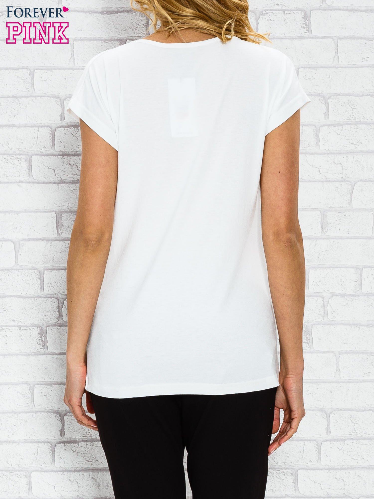 Ecru t-shirt z napisem TOO VOGUE FOR YOU z dżetami                                  zdj.                                  2