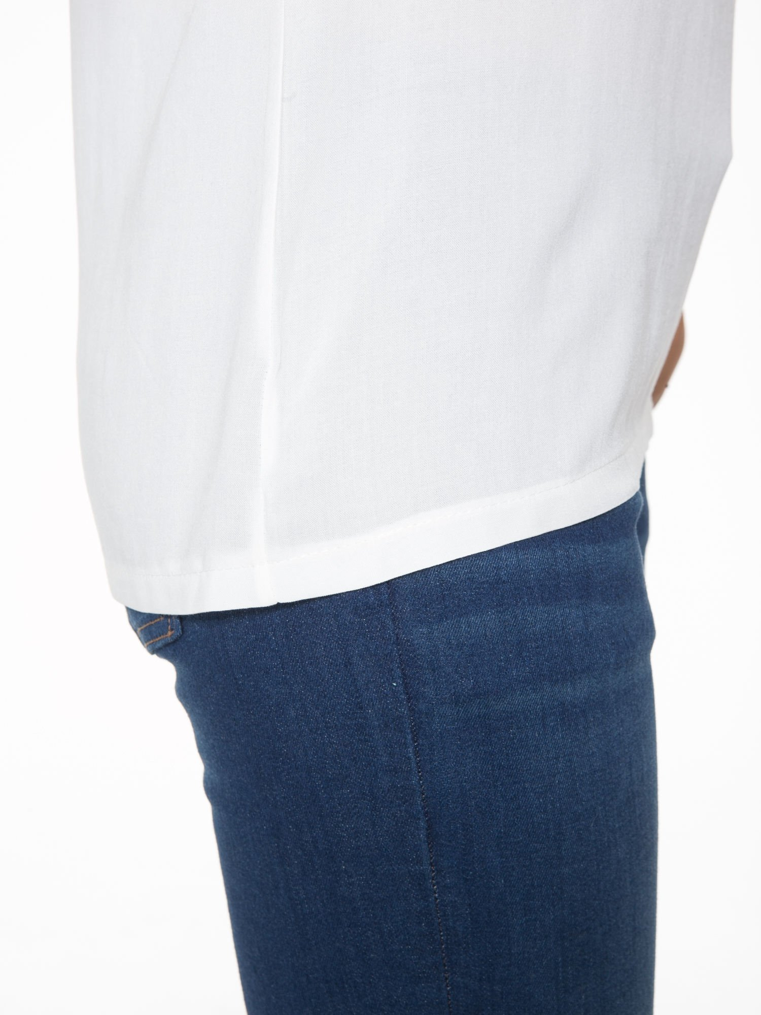 Ecru t-shirt z siateczką i rękawami typu cut out shoulder                                  zdj.                                  7