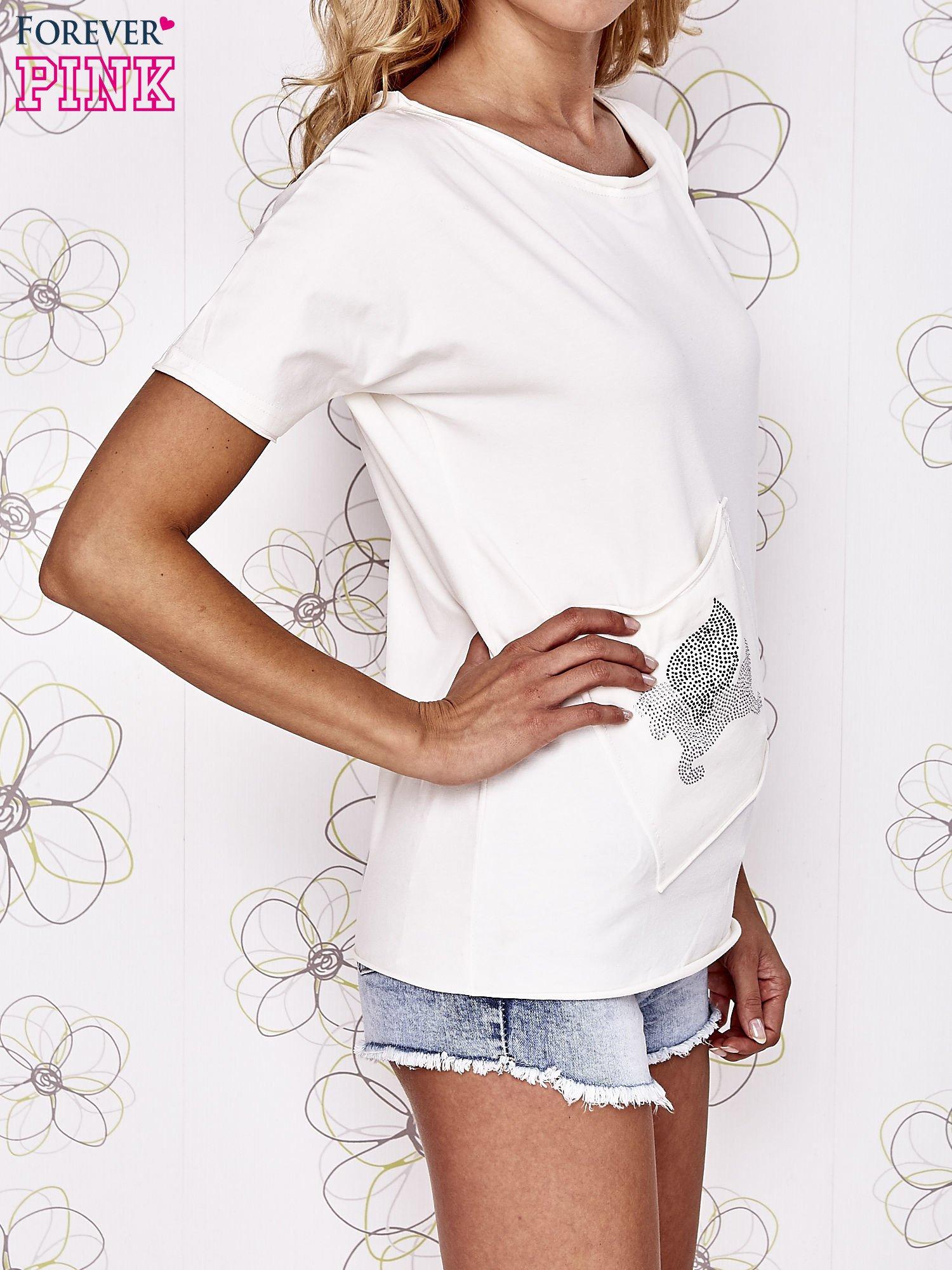 Ecru t-shirt z ukośną kieszenią i dżetami                                  zdj.                                  3