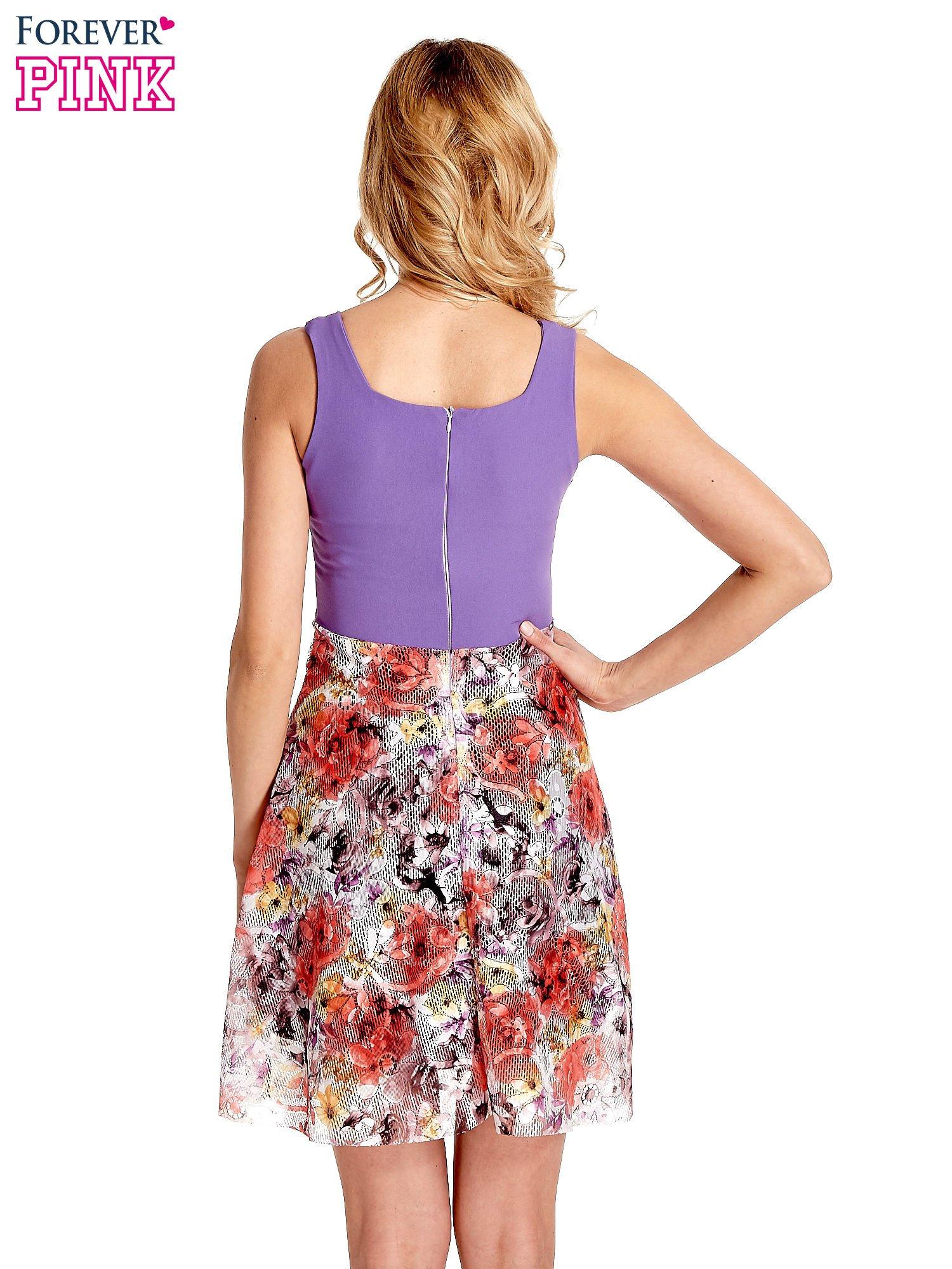 Fioletowa sukienka z kwiatowym dołem                                  zdj.                                  2