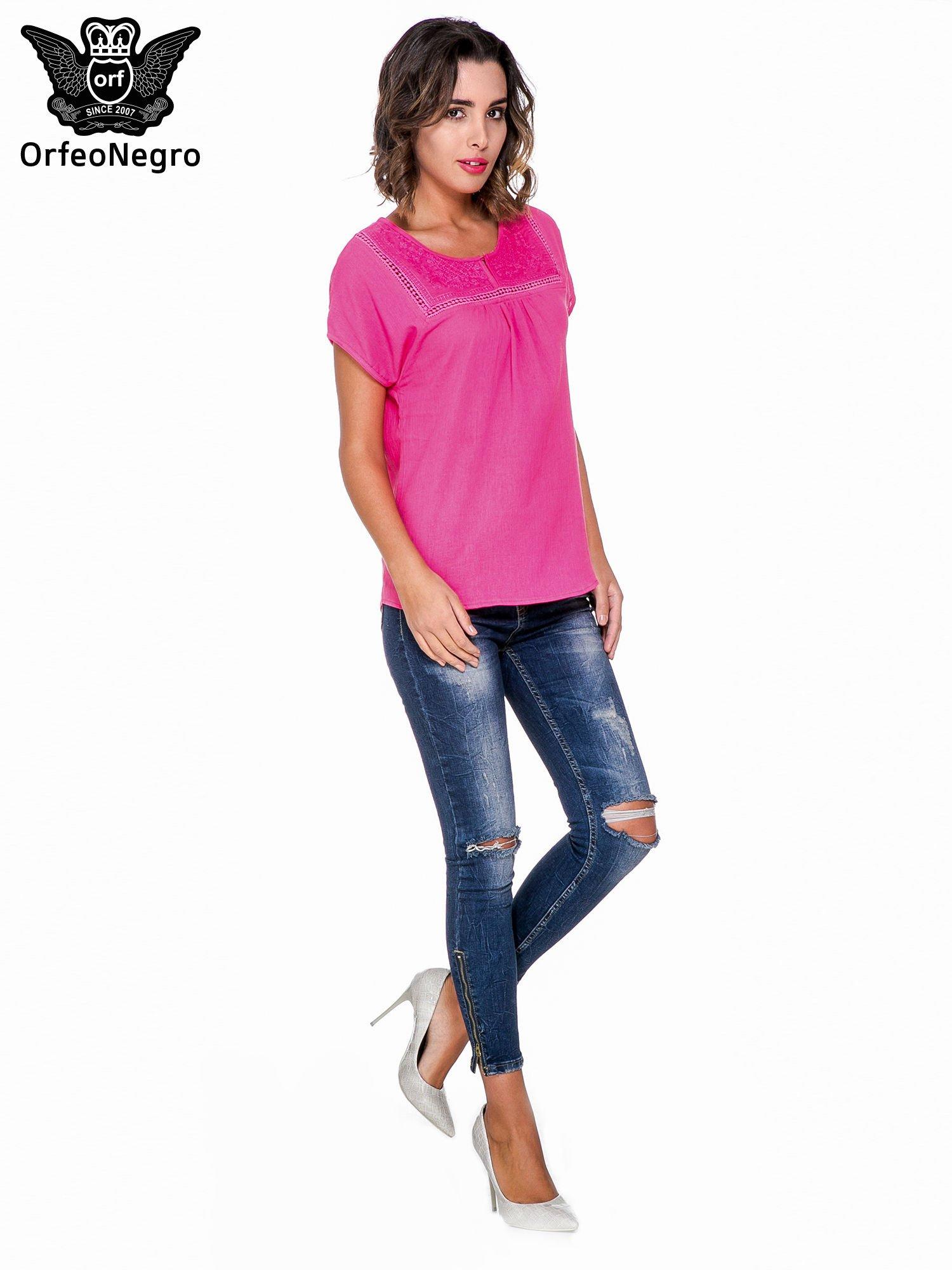 Fuksjowa bluzka koszulowa z haftem i ażurowaniem przy dekolcie                                  zdj.                                  2