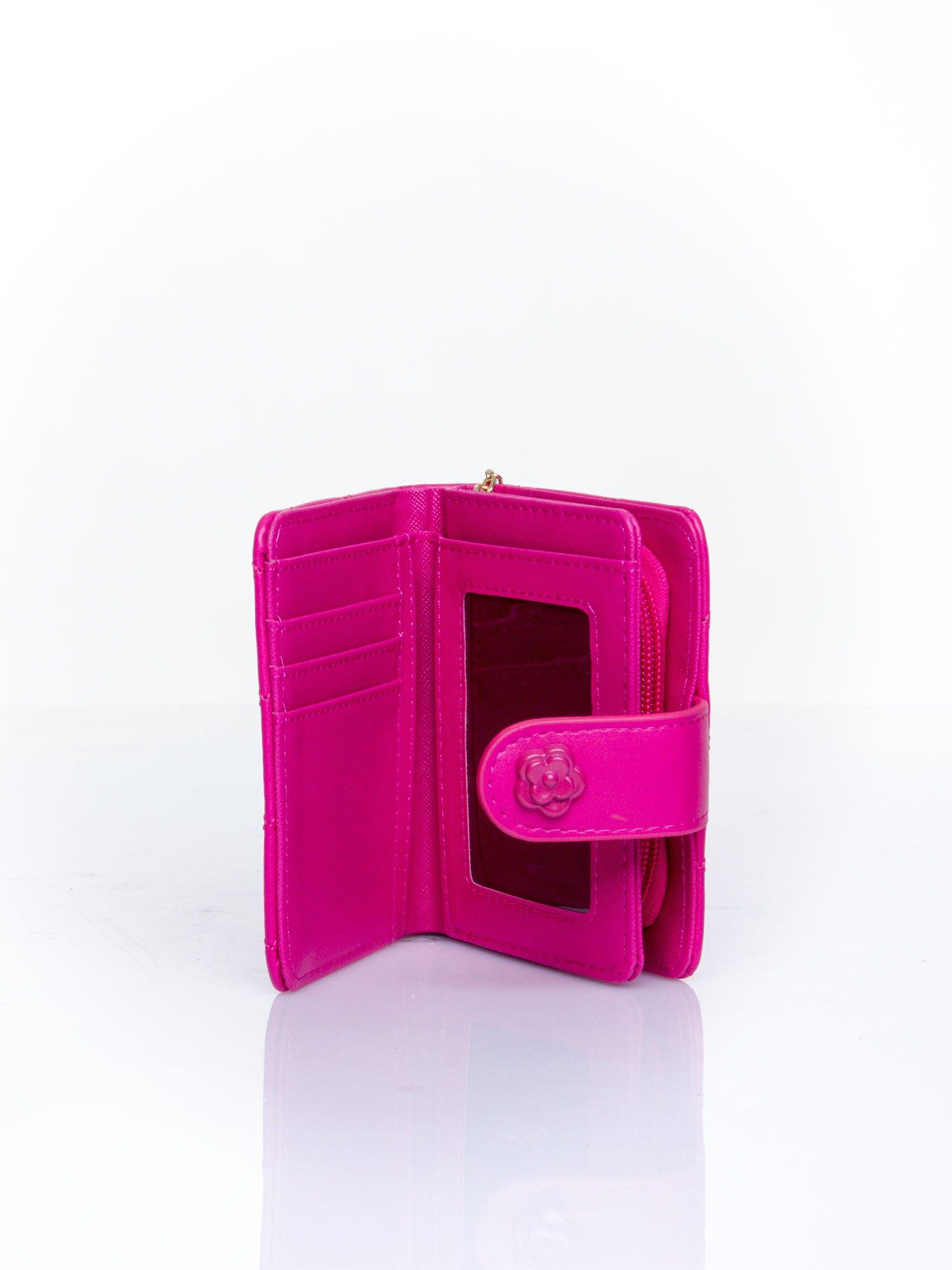 Fuksjowy pikowany portfel z ozdobnym zapięciem                                  zdj.                                  5