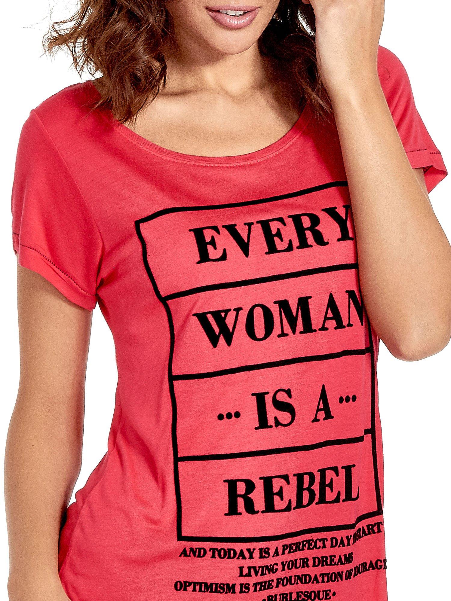 Fuksjowy t-shirt z napisem EVERY WOMAN IS A REBEL                                  zdj.                                  5