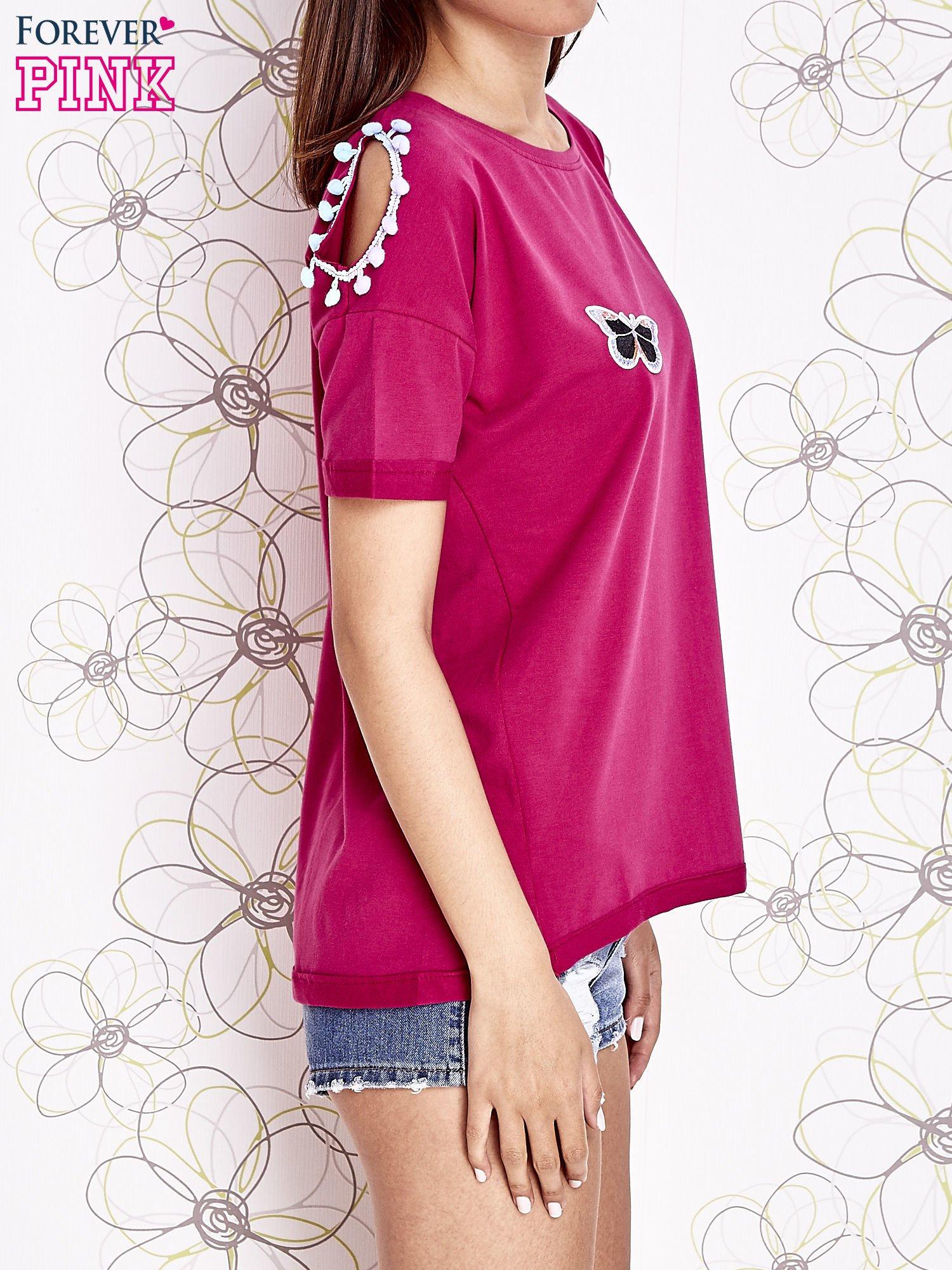 Fuksjowy t-shirt z naszywką motyla i pomponami                                  zdj.                                  3