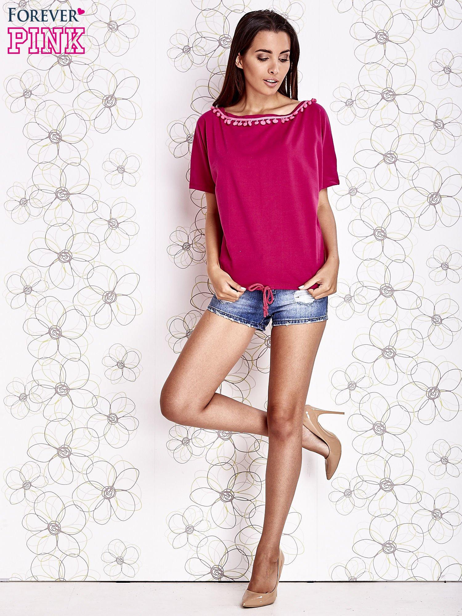 Fuksjowy t-shirt z różowymi pomponikami przy dekolcie                                  zdj.                                  2