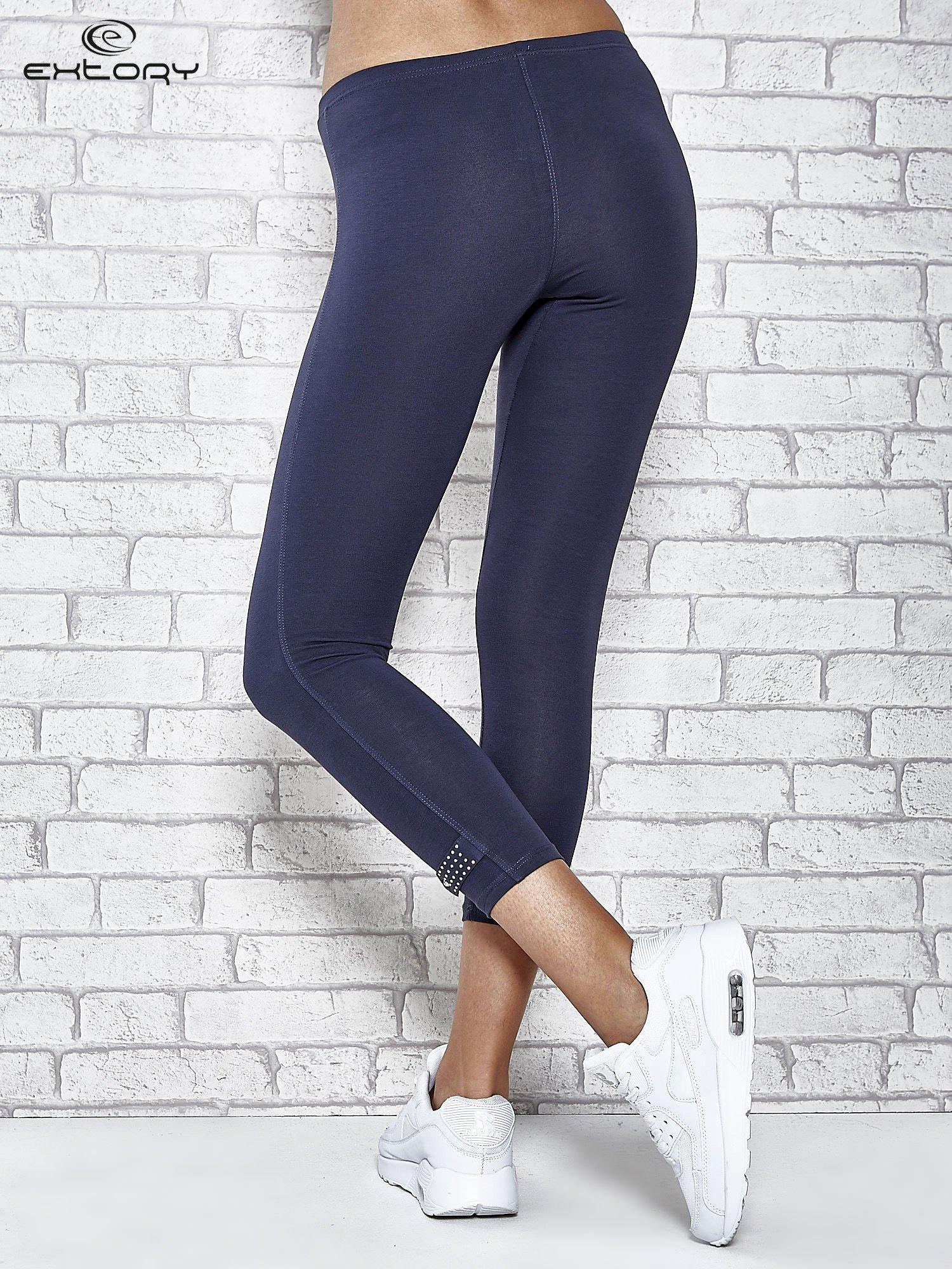 Grafitowe legginsy sportowe z patką z dżetów na dole                                  zdj.                                  3