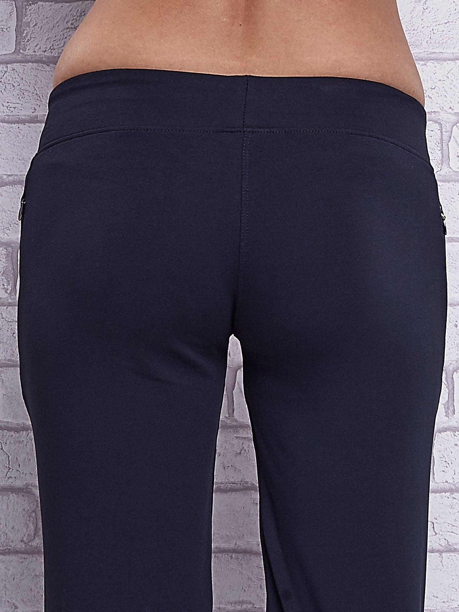 Grafitowe spodnie capri z motywem pasków na nogawkach                                  zdj.                                  6