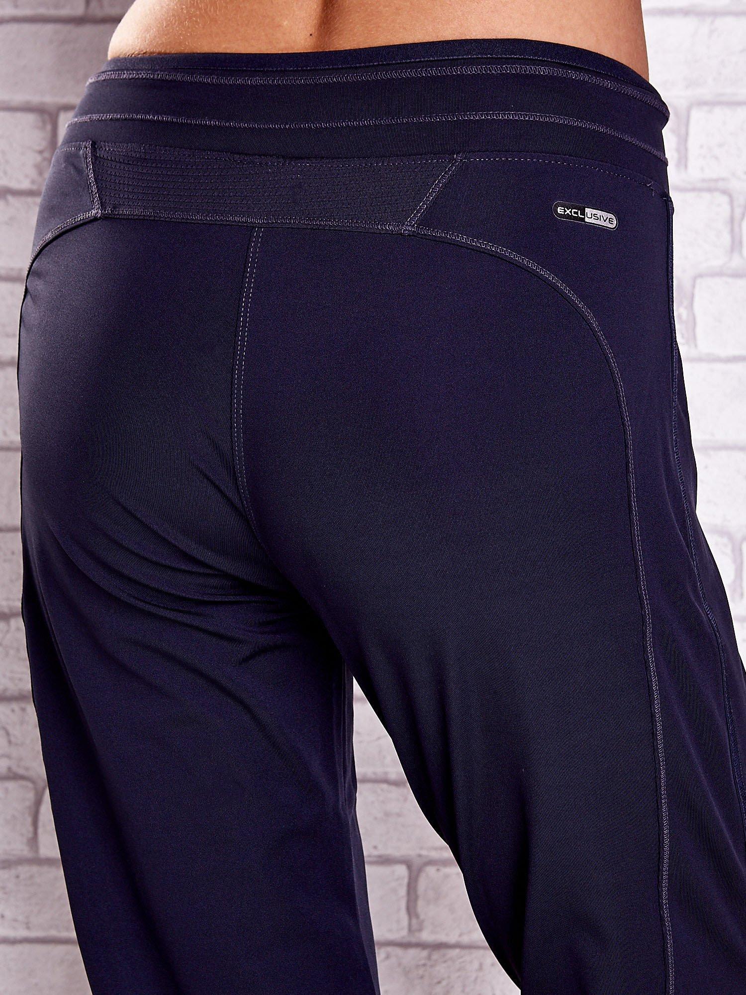 Grafitowe spodnie capri z siateczką z tyłu PLUS SIZE                                  zdj.                                  6