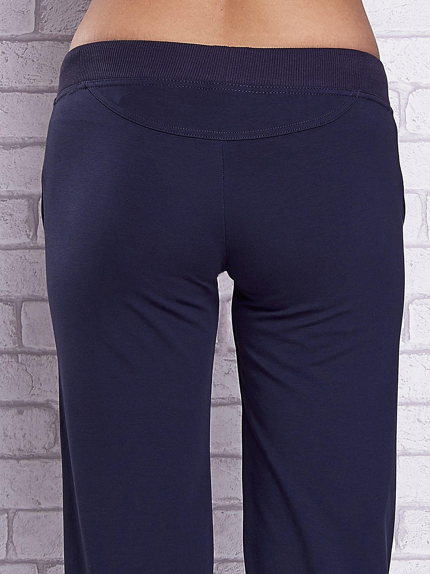 Grafitowe spodnie capri z troczkami w pasie                                  zdj.                                  6