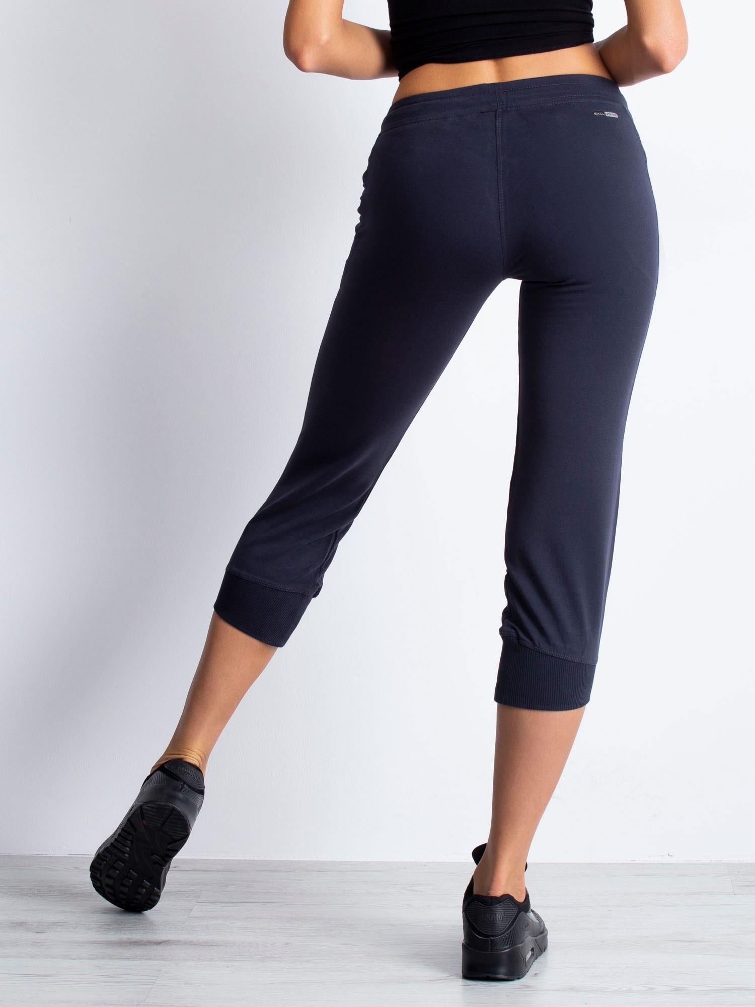 Grafitowe spodnie dresowe capri z aplikacją przy kieszeniach                                  zdj.                                  5
