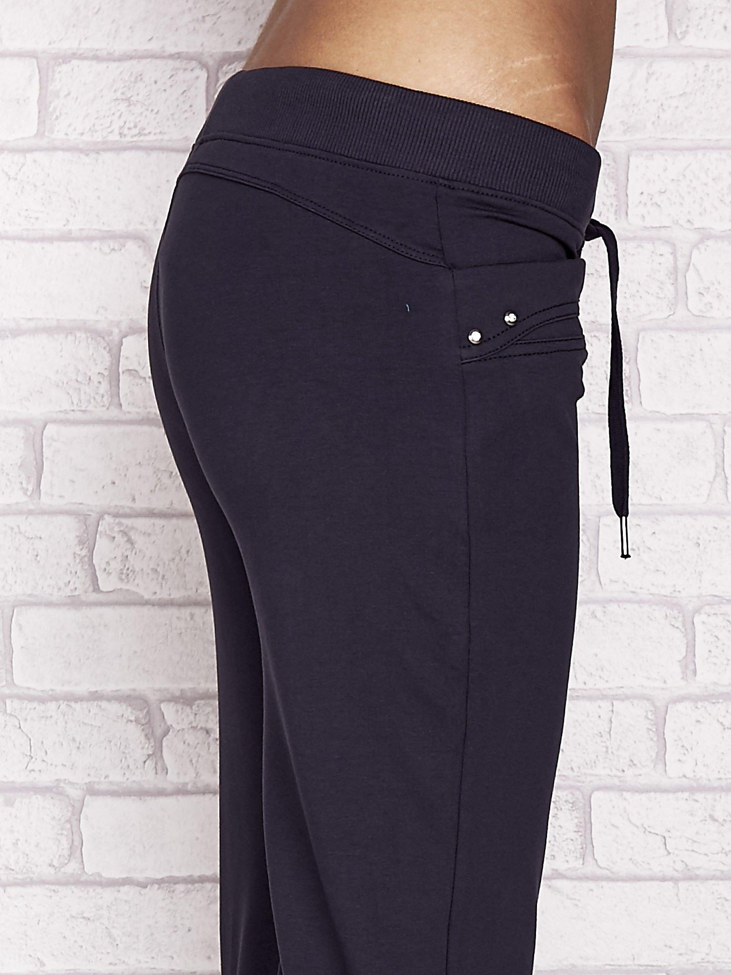 Grafitowe spodnie dresowe capri z dżetami na kieszeniach                                  zdj.                                  5