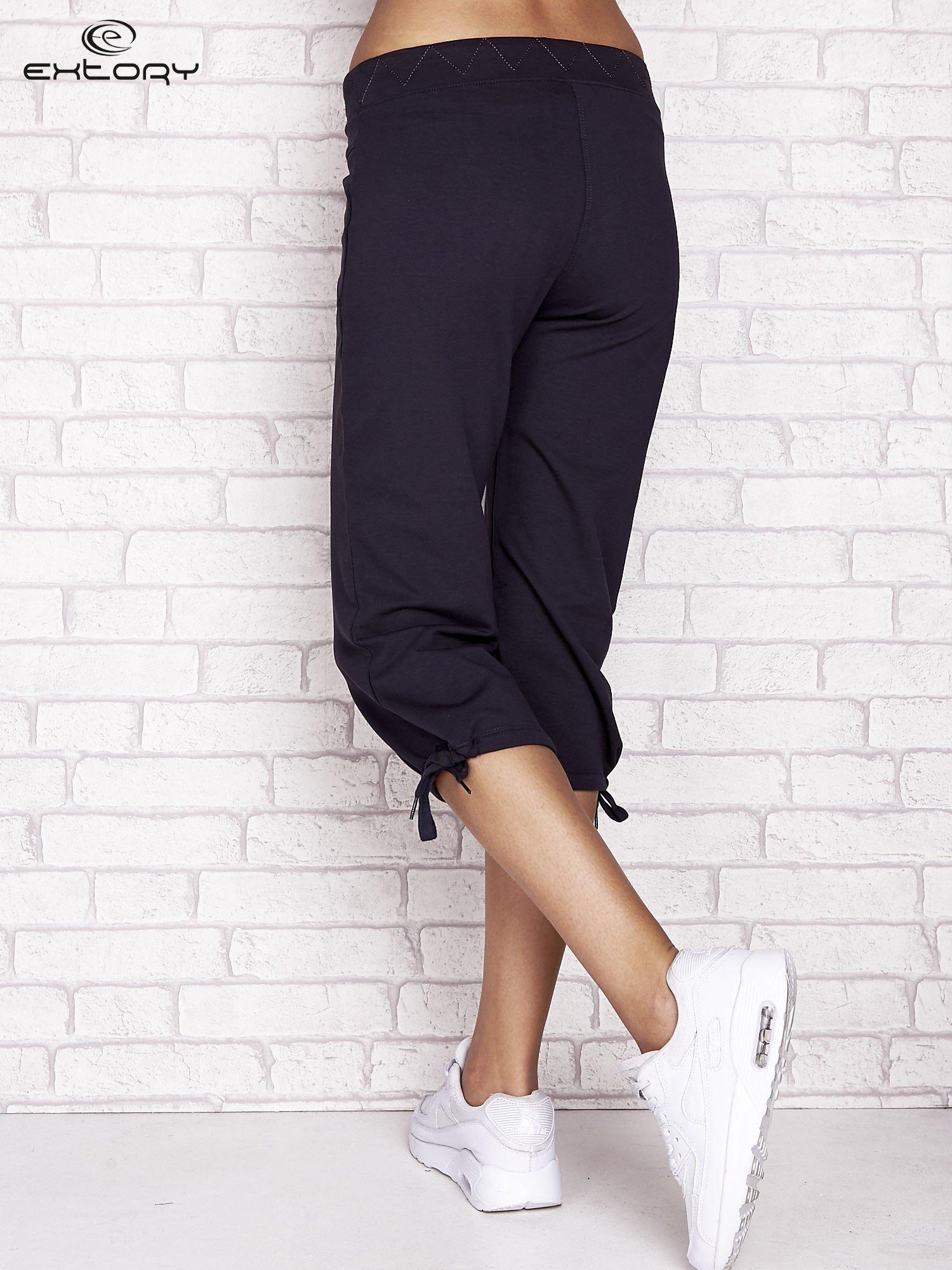Grafitowe spodnie dresowe capri z ozdobnym przeszyciem w pasie                                  zdj.                                  2