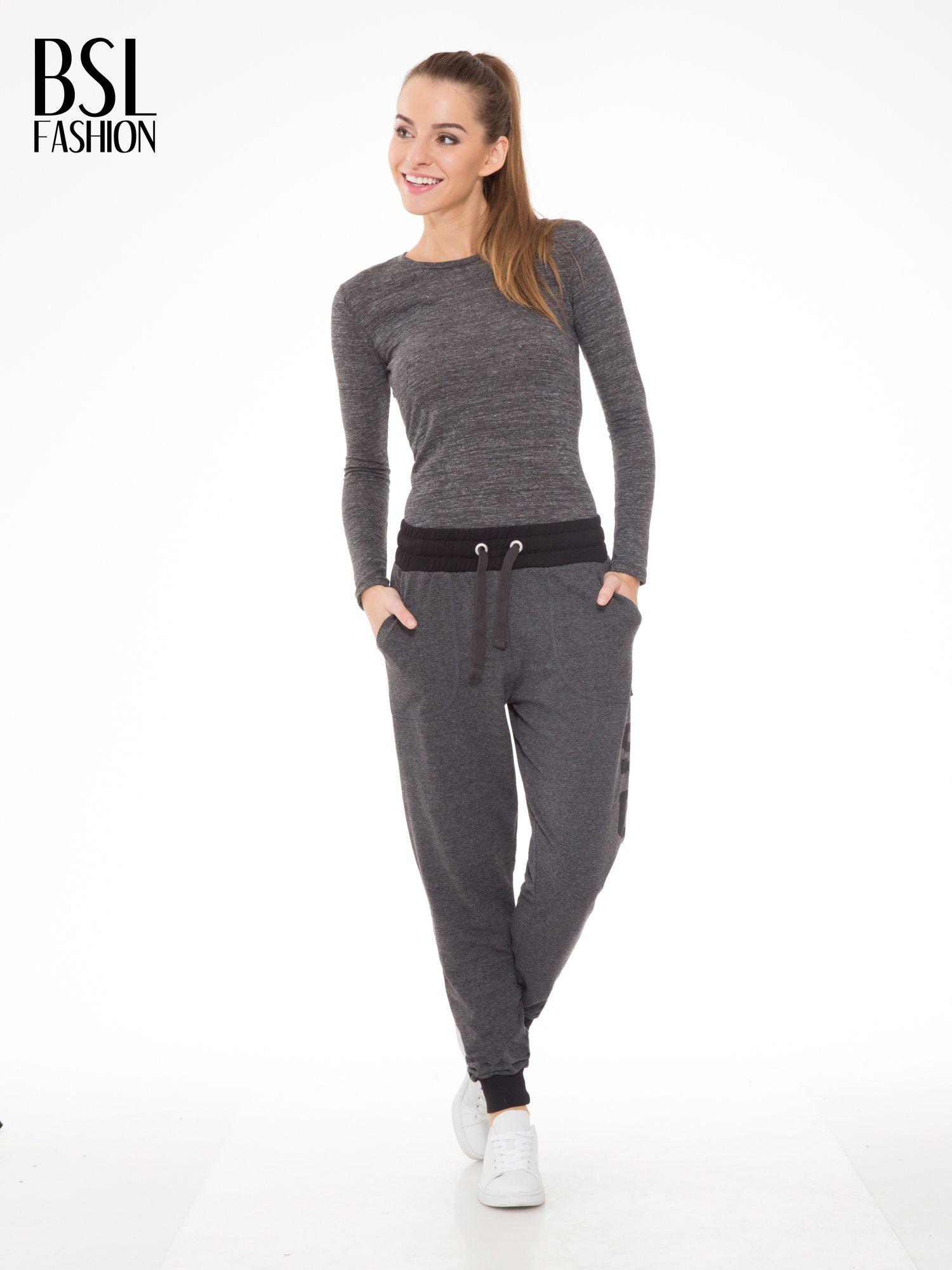 Grafitowe spodnie dresowe z nadrukiem SUGAR po boku nogawki                                  zdj.                                  2