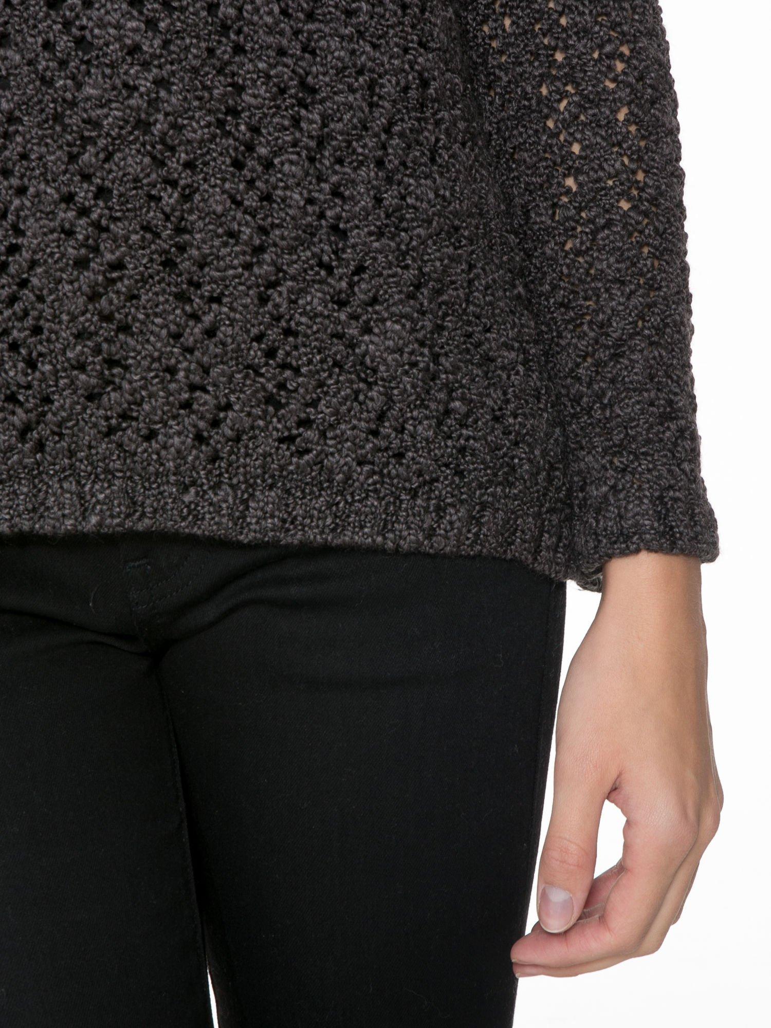 Grafitowy sweter o ażurowym splocie                                  zdj.                                  6