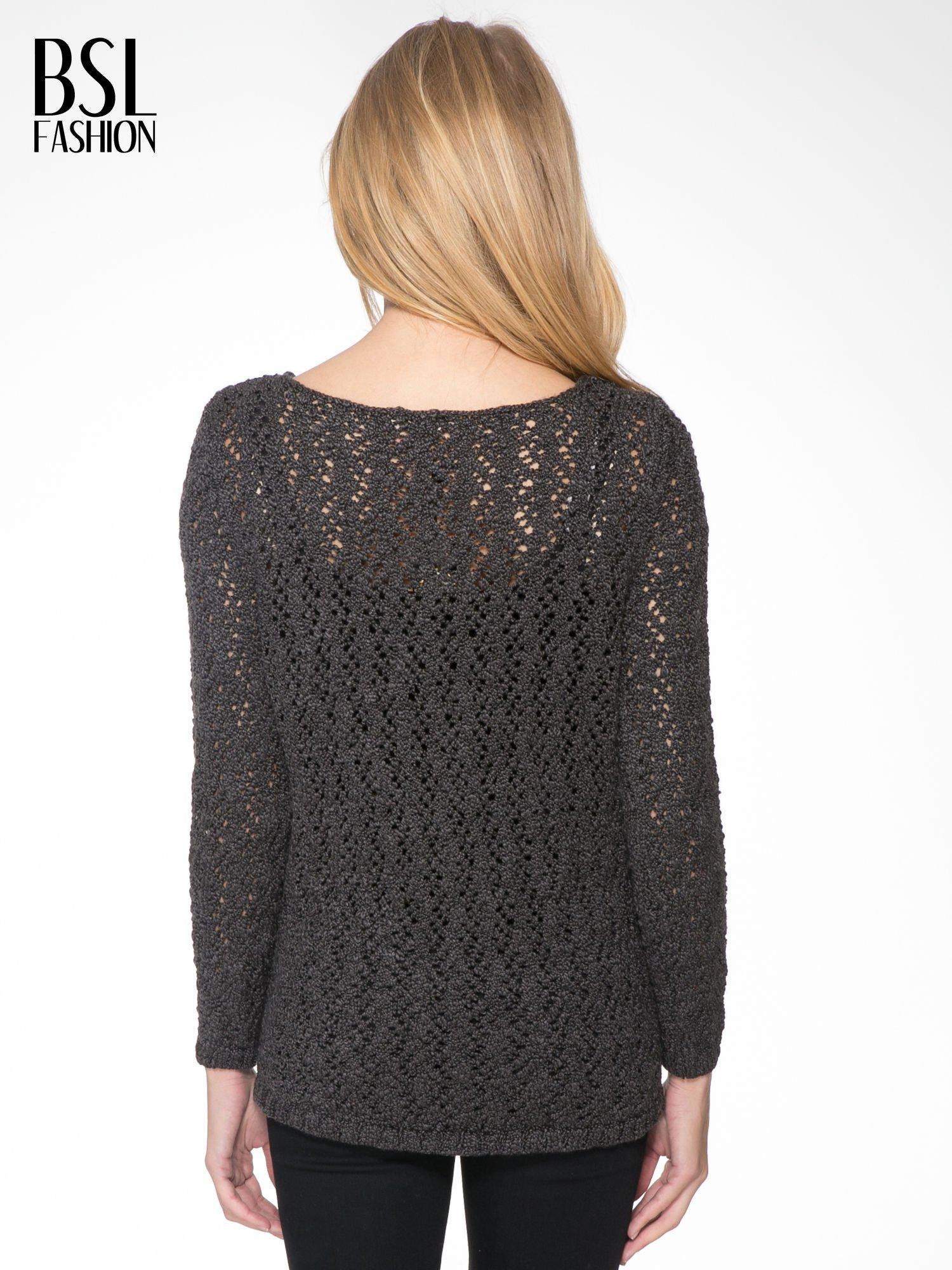 Grafitowy sweter o ażurowym splocie                                  zdj.                                  4