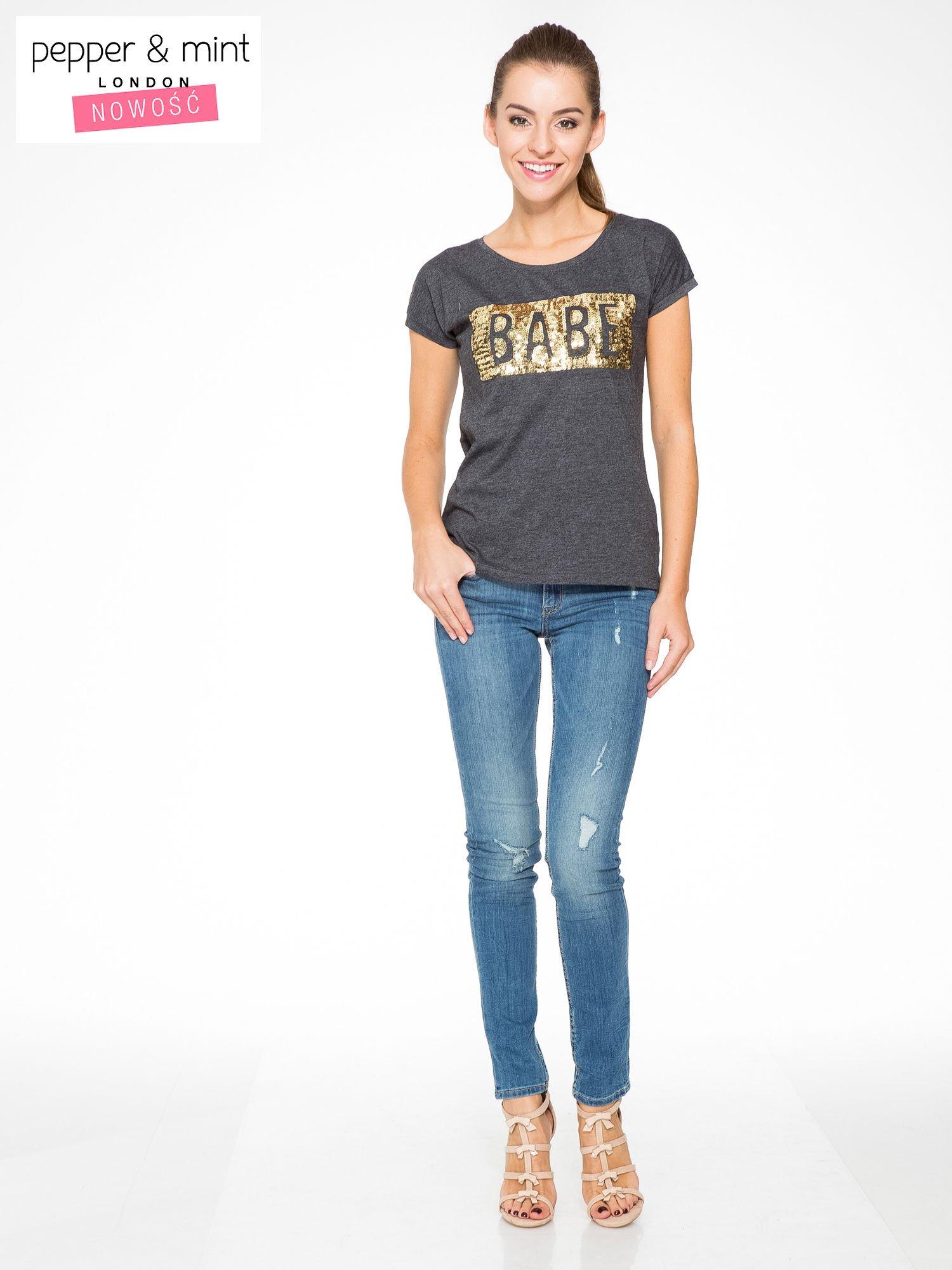 Grafitowy t-shirt z napisem BABE z cekinów                                  zdj.                                  5