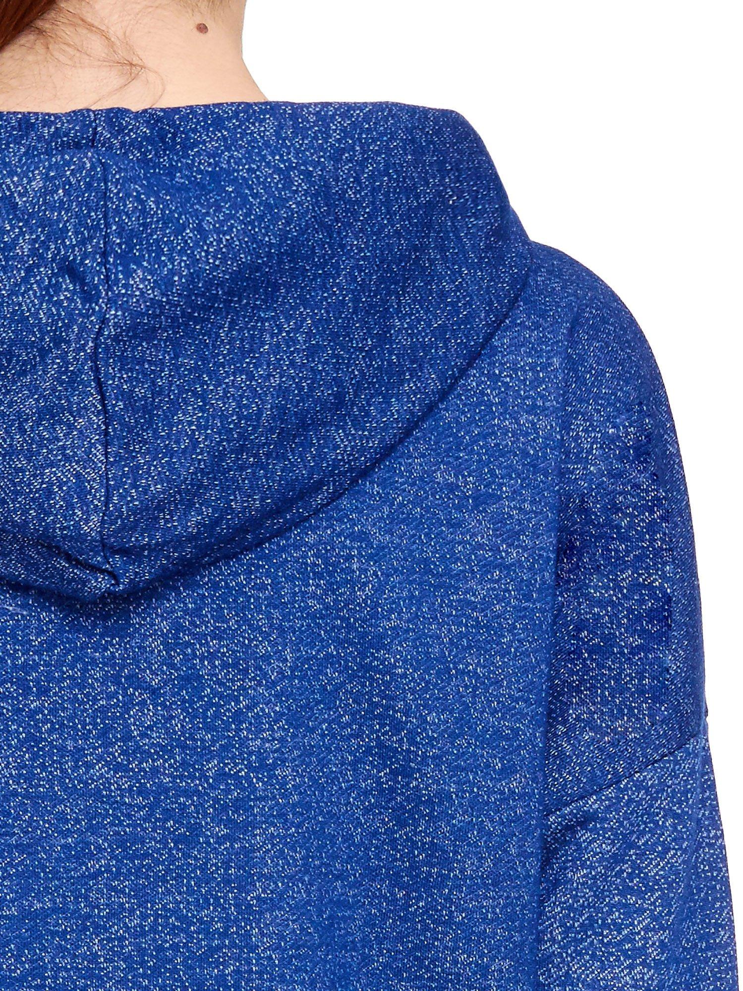 Granatowa bluza dresowa z kapturem z materiału a'la denim                                  zdj.                                  6