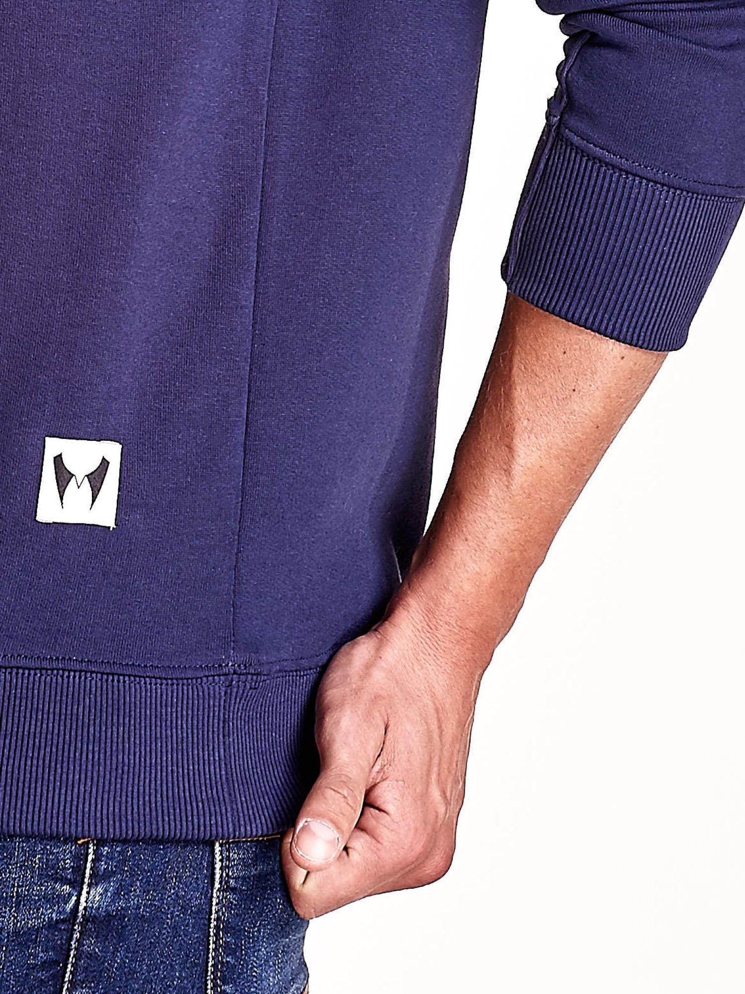 Granatowa bluza męska z tekstowymi naszywkami                                  zdj.                                  6