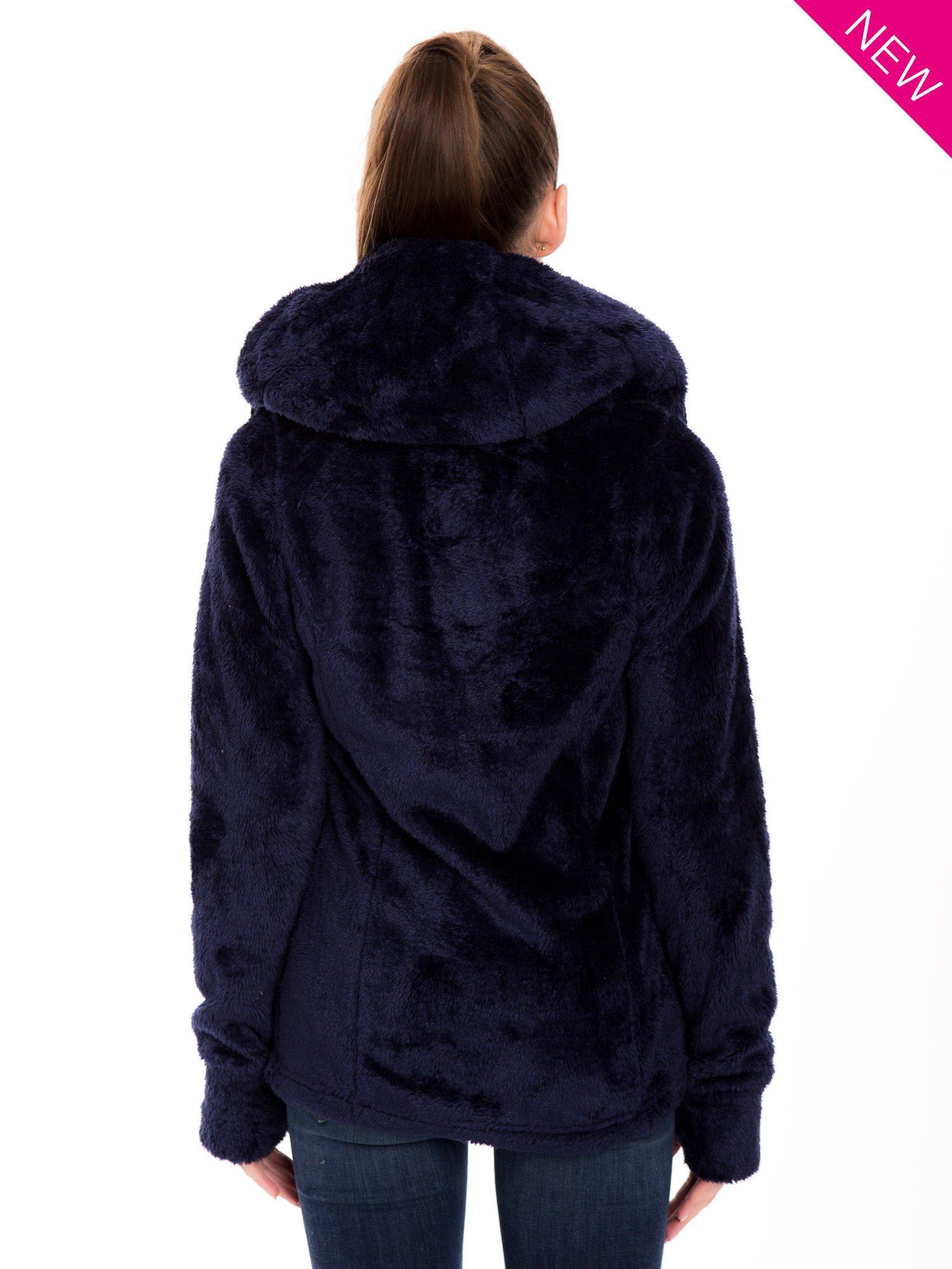 Granatowa bluza polarowa z kapturem z pomponikami                                  zdj.                                  2