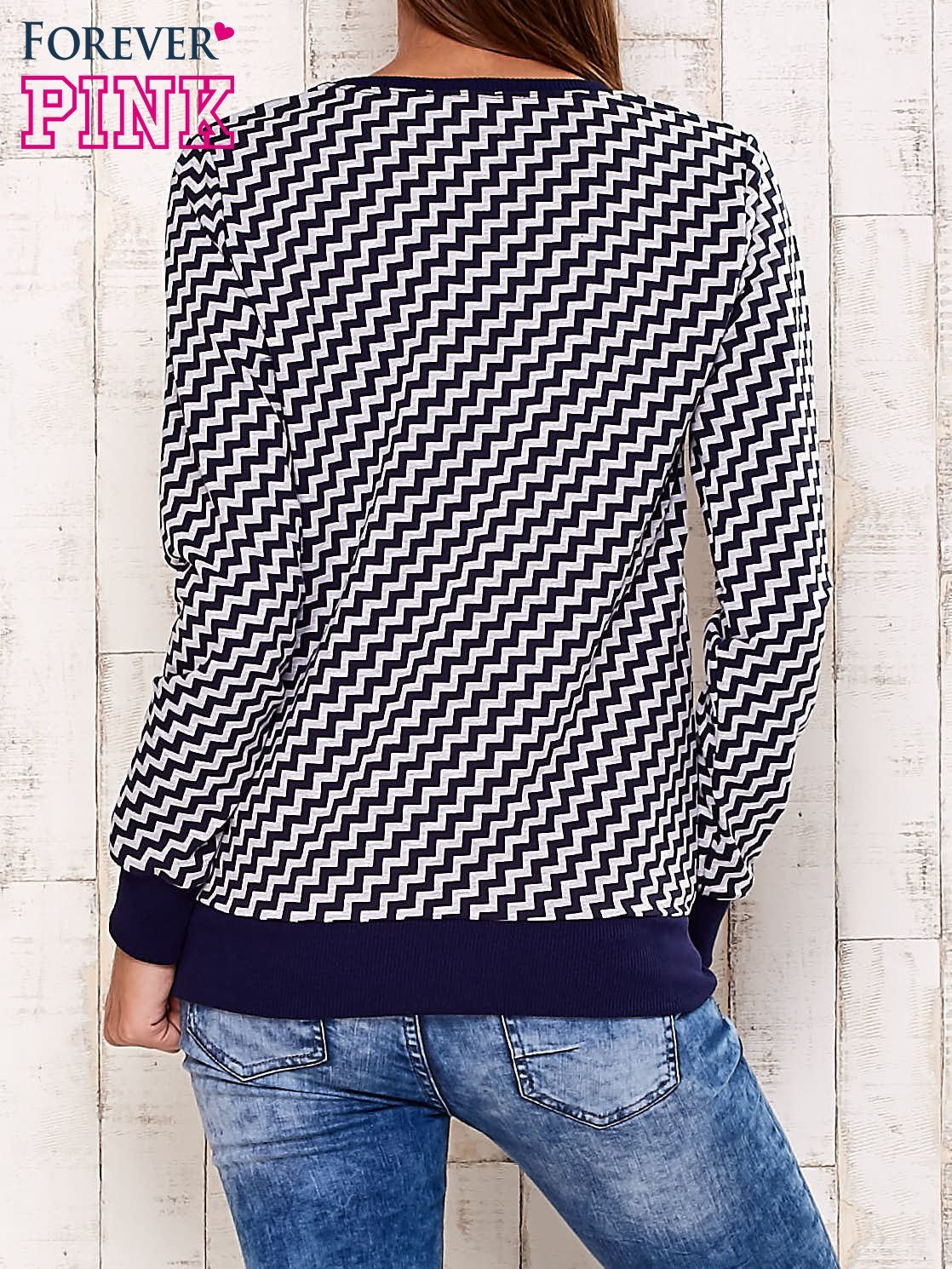 Granatowa bluza z nadrukiem liter i graficznym tyłem                                  zdj.                                  4