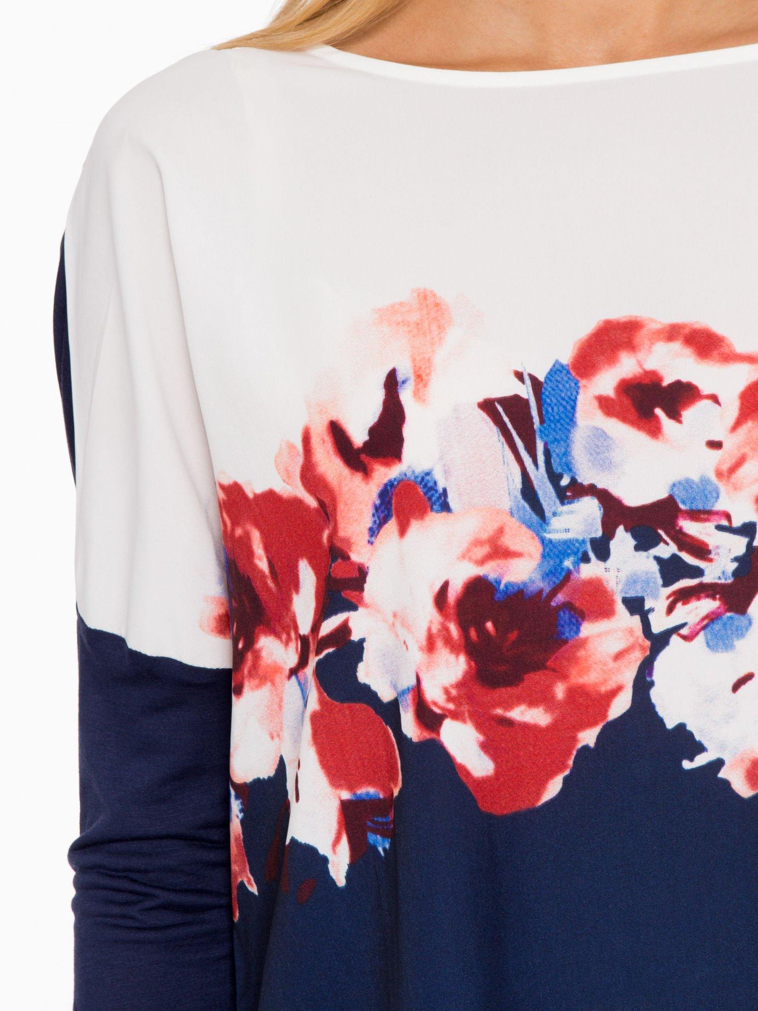 Granatowa bluzka o nietoperzowym kroju z nadrukiem kwiatów                                  zdj.                                  7