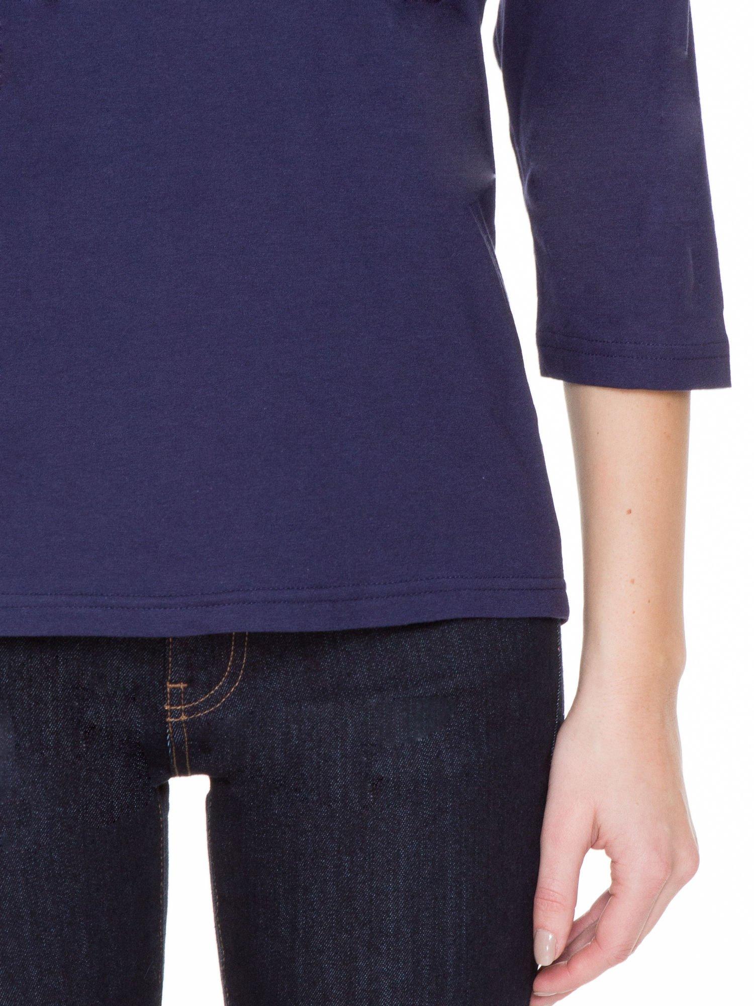 Granatowa gładka bluzka z ozdobnymi przeszyciami                                  zdj.                                  6
