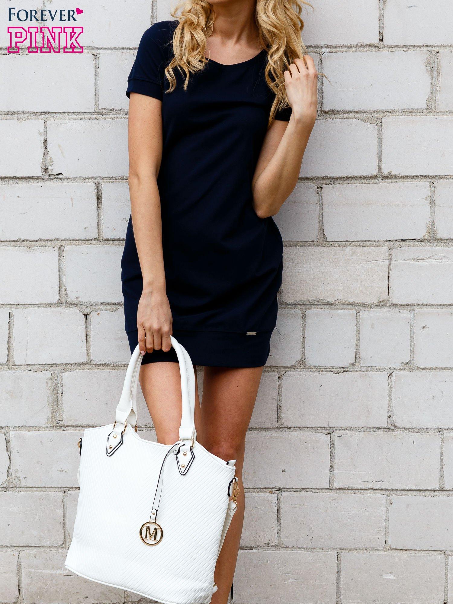 Granatowa gładka sukienka ze ściągaczem na dole                                  zdj.                                  1