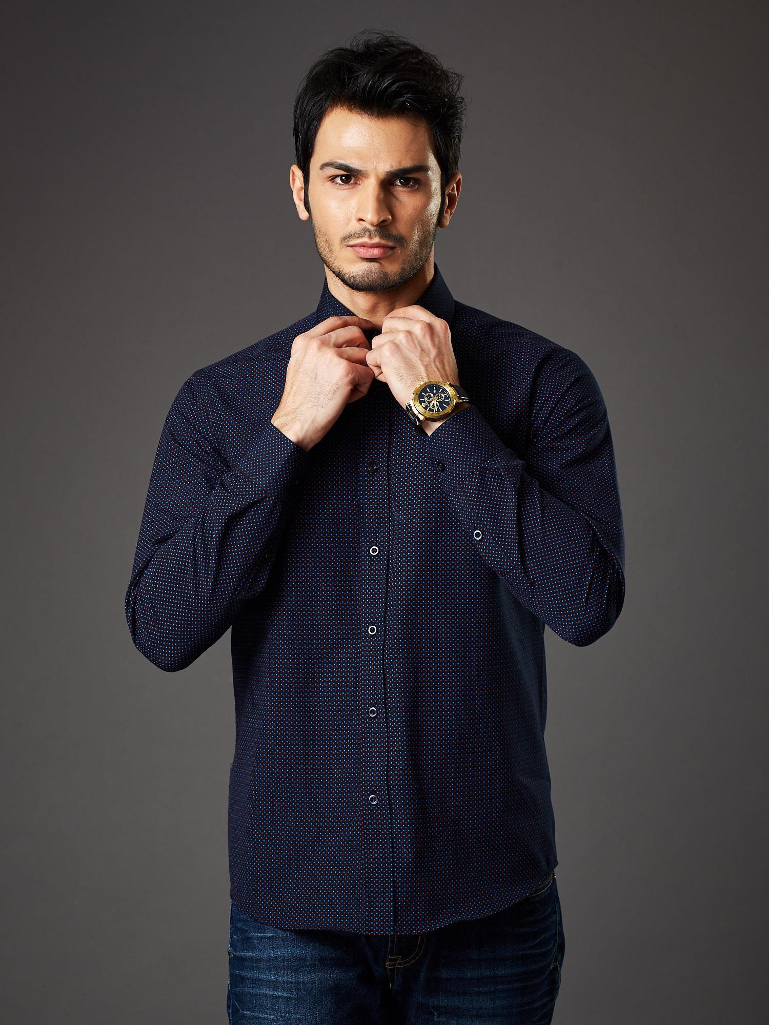 5efdedb6aa80 Granatowa koszula męska w kropki regular fit - Mężczyźni koszula ...