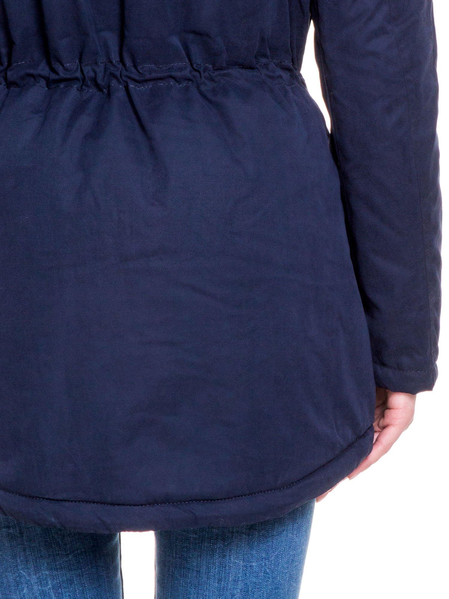 Granatowa kurtka typu parka z futrzanym kapturem i skórzaną lamówką                                  zdj.                                  8