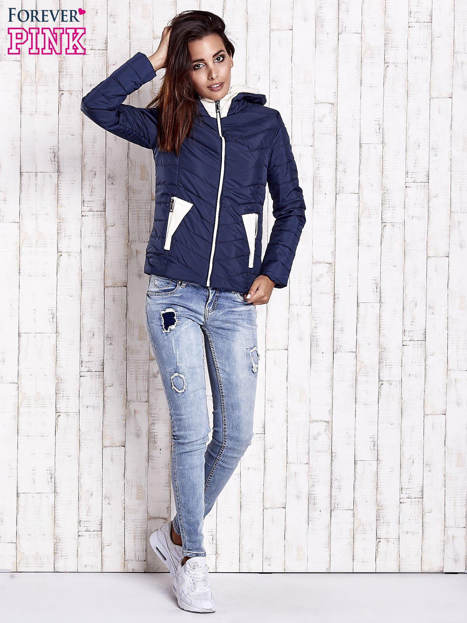 Granatowa pikowana kurtka z jasnym wykończeniem                                  zdj.                                  5