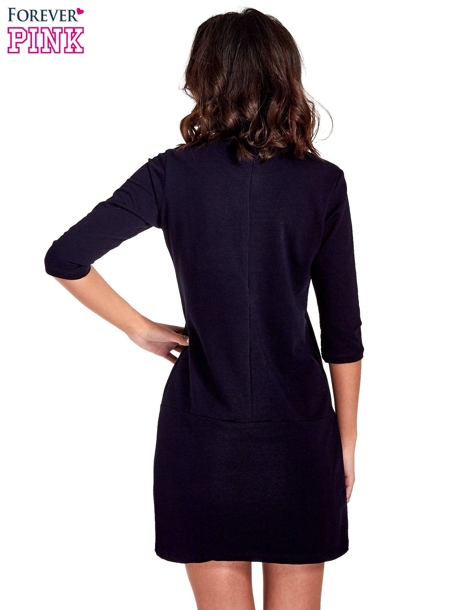 Granatowa prosta sukienka z kieszeniami                                   zdj.                                  4