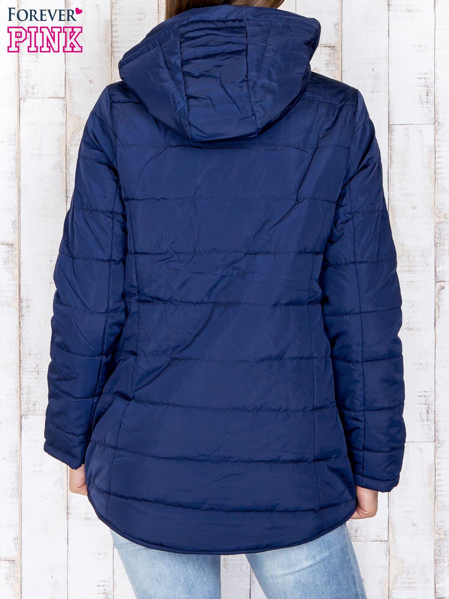 Granatowa przejściowa kurtka puchowa z dłuższym tyłem                                  zdj.                                  5