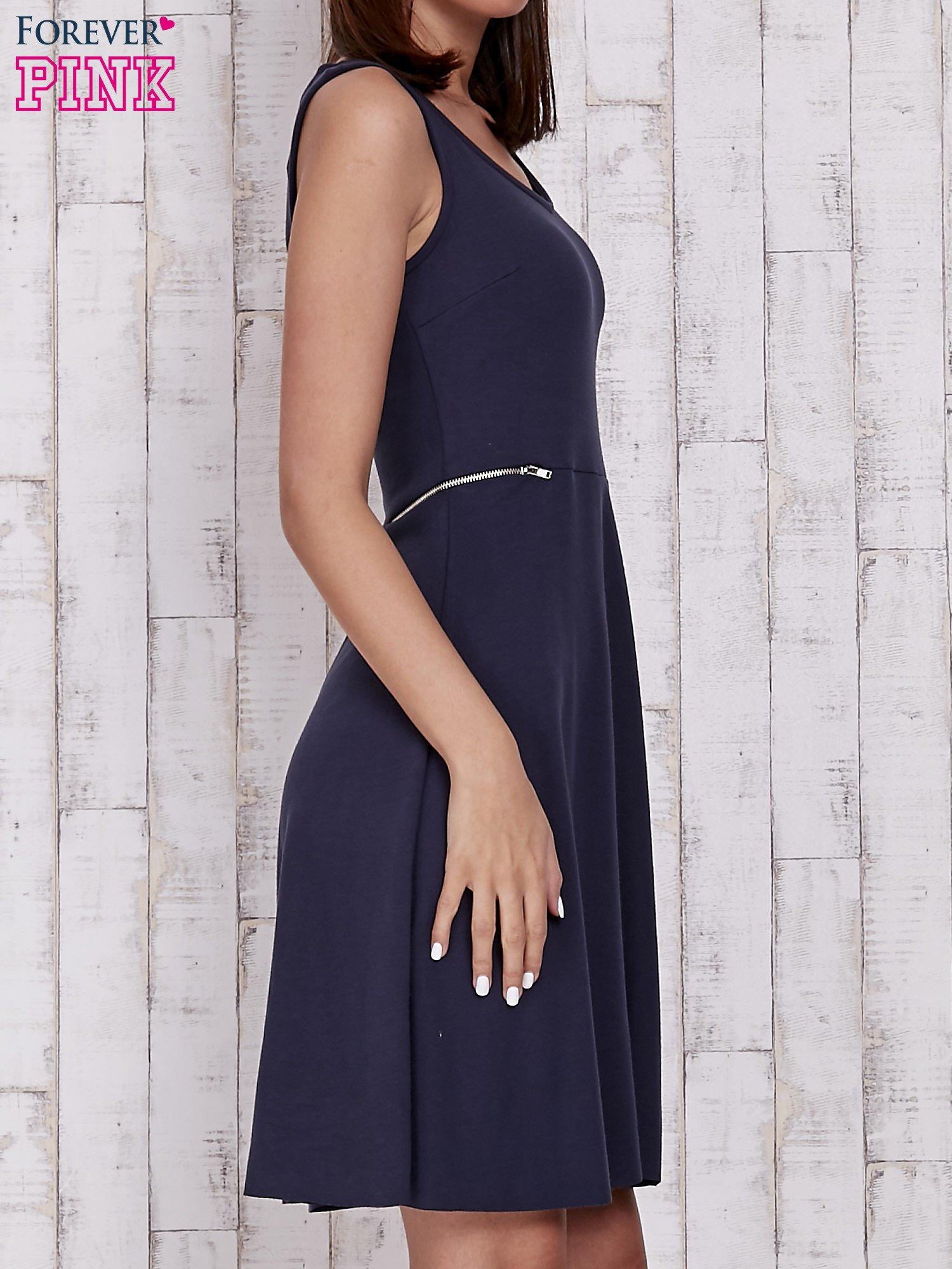 Granatowa rozkloszowana sukienka z suwakami w talii                                  zdj.                                  3