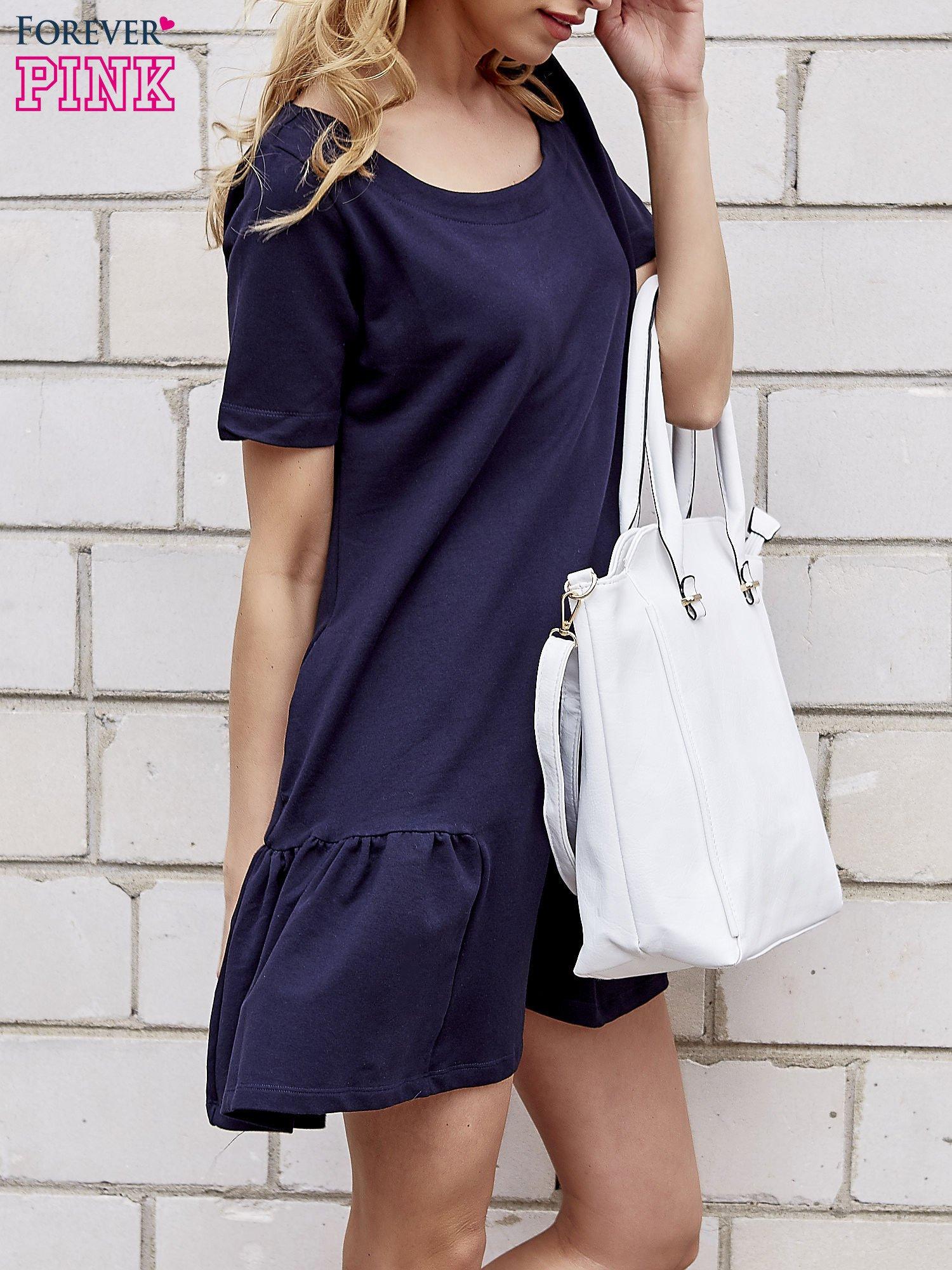 Granatowa sukienka dresowa z falbanami z boku                                  zdj.                                  3