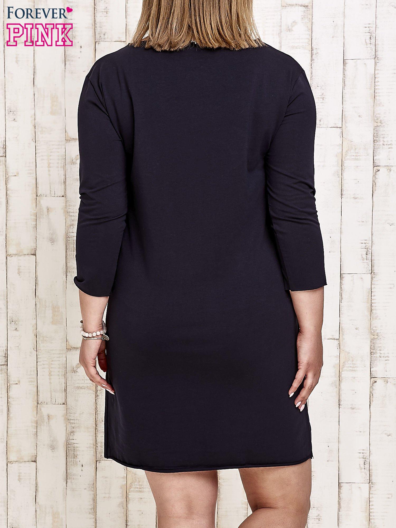 Granatowa sukienka dresowa z misiem PLUS SIZE                                  zdj.                                  2
