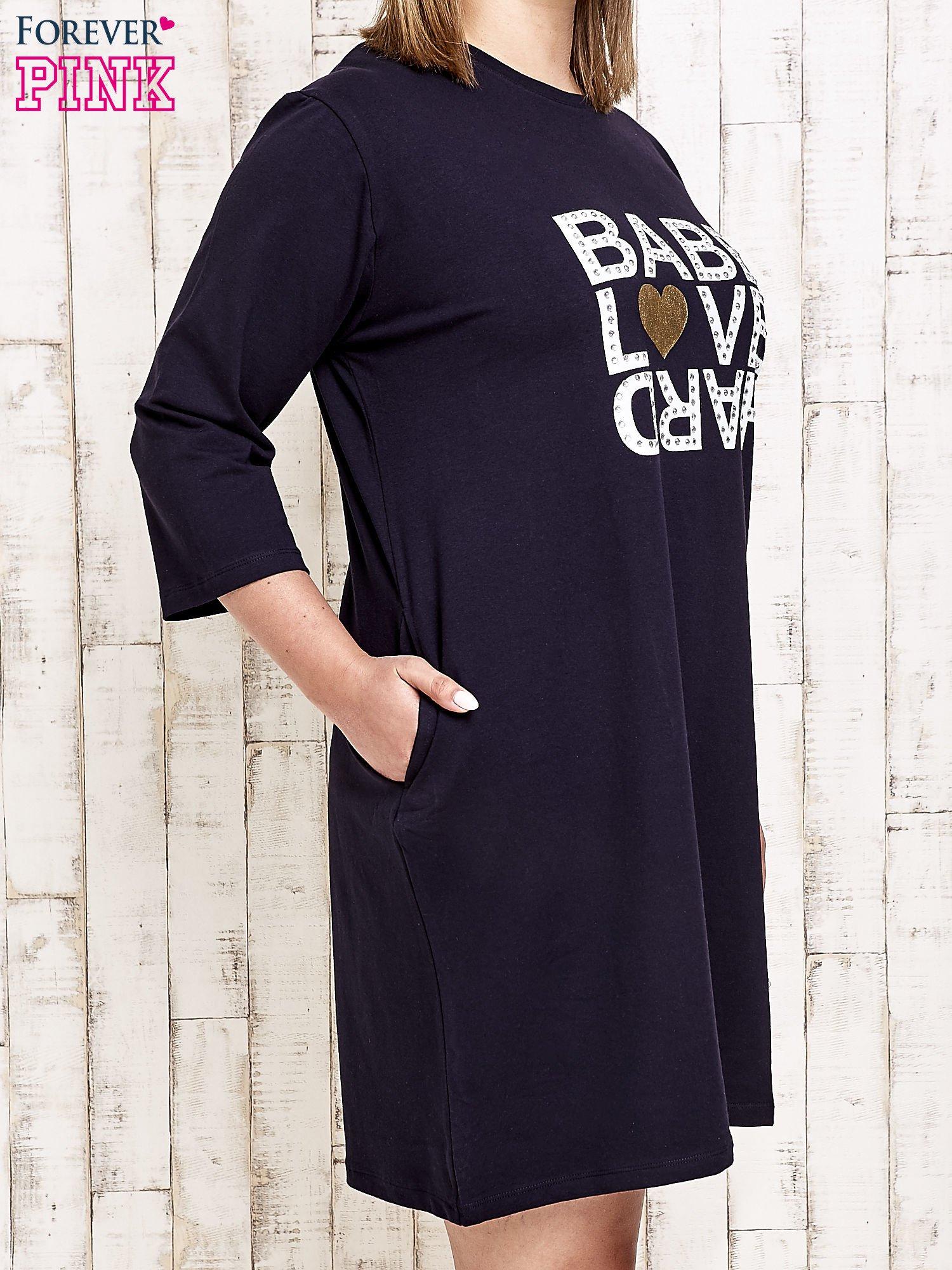 Granatowa sukienka dresowa z napisem BABE PLUS SIZE                                  zdj.                                  3
