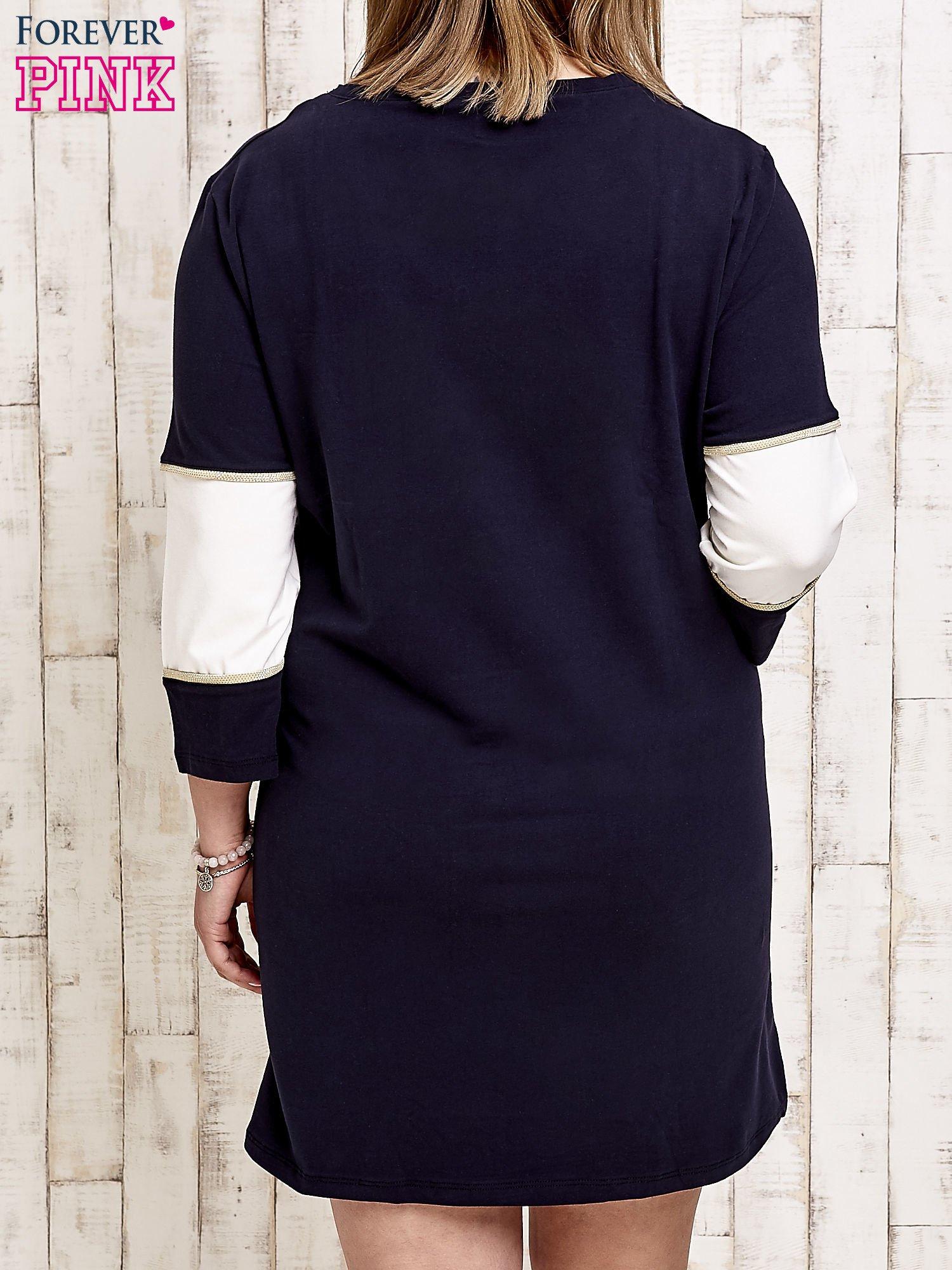 Granatowa sukienka dresowa z napisem DÉJÀ VU PLUS SIZE                                  zdj.                                  4