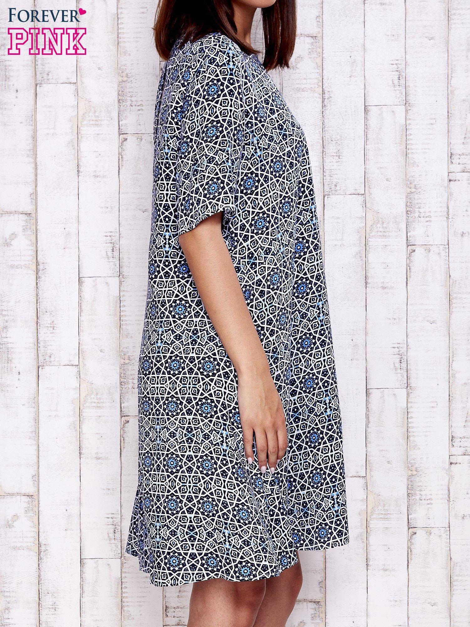 Granatowa sukienka oversize z graficznym nadrukiem                                  zdj.                                  3