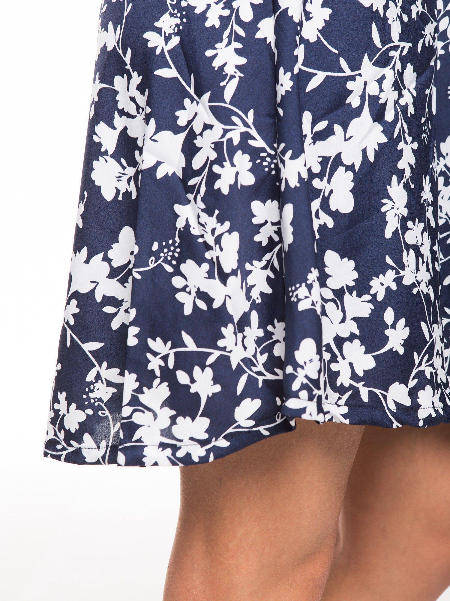Granatowa sukienka w białe kwiaty z koronkową wstawką na górze                                  zdj.                                  6