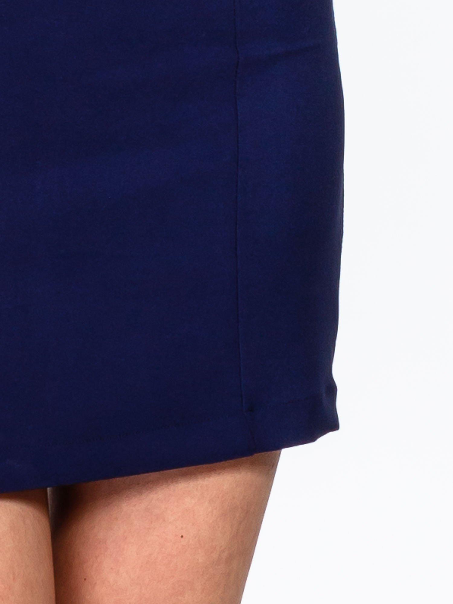 Granatowa sukienka z wycięciem na dekolcie                                  zdj.                                  7