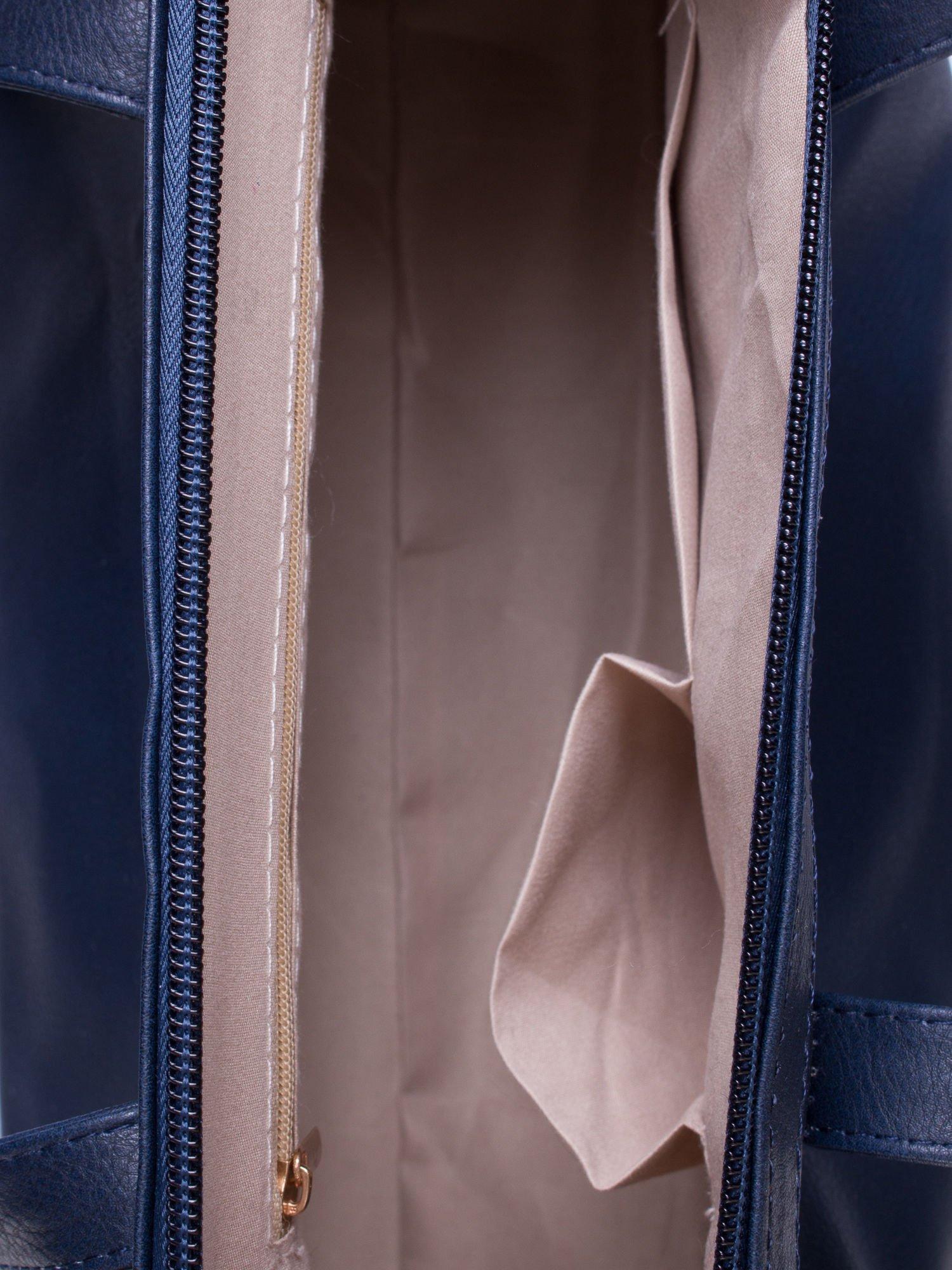 Granatowa torba na ramię ze złotym emblematem                                  zdj.                                  4