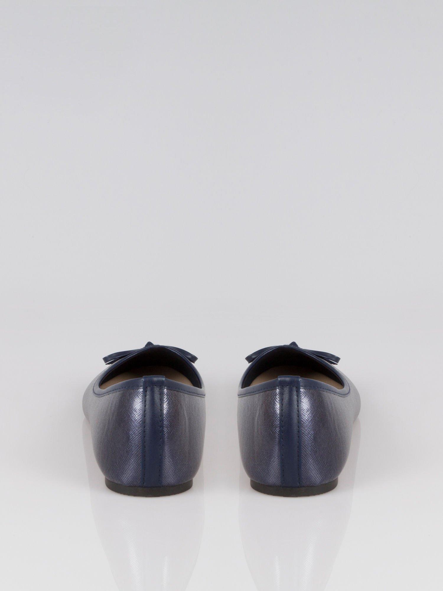 Granatowe baleriny classic leather z kokardką ze skóry saffiano                                  zdj.                                  2