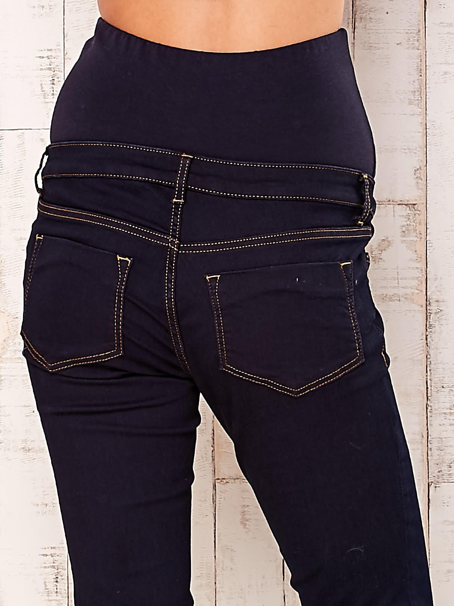 Granatowe dopasowane spodnie ciążowe                                  zdj.                                  5